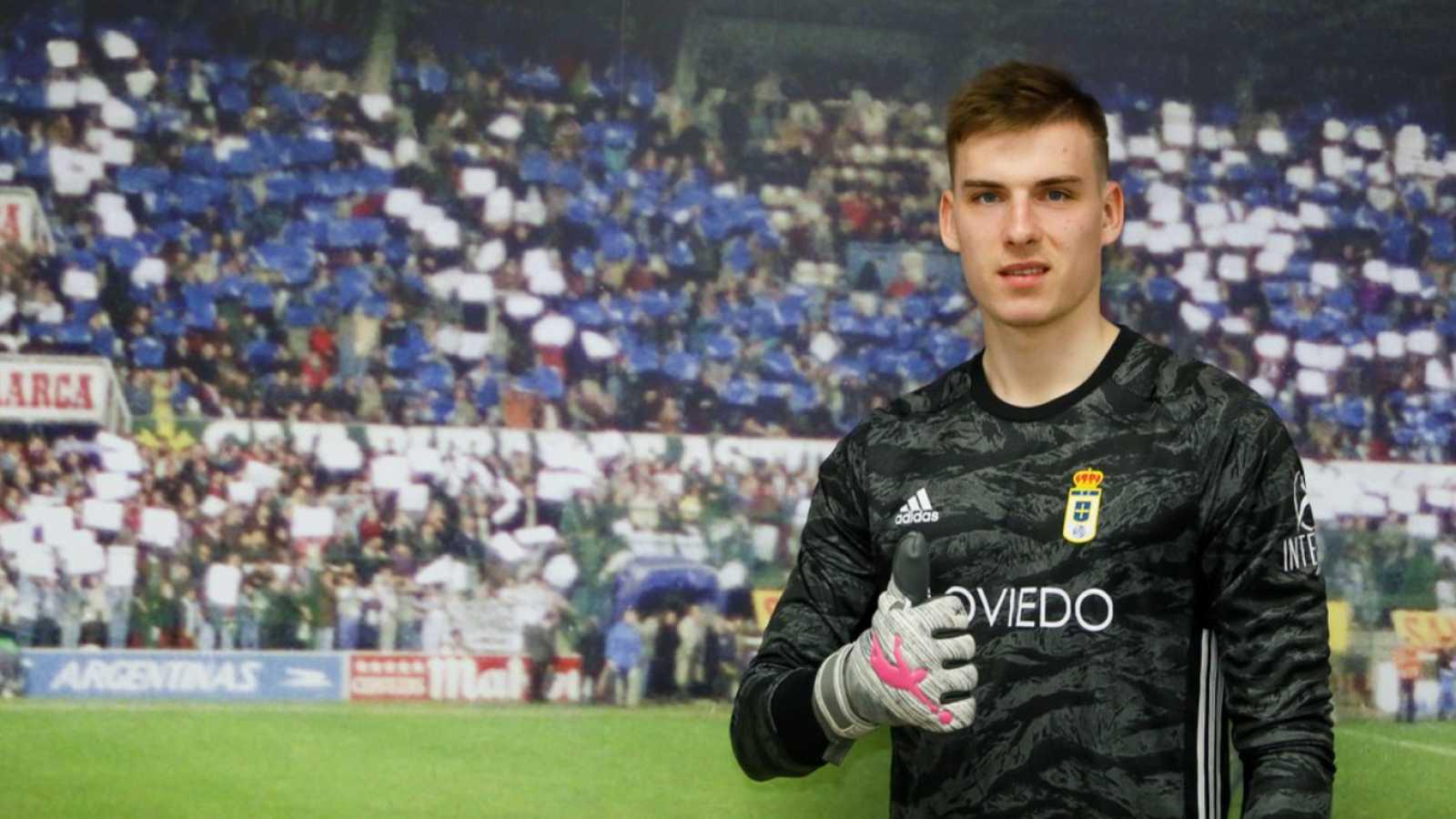 Andriy Lunin posa con la camiseta del Oviedo
