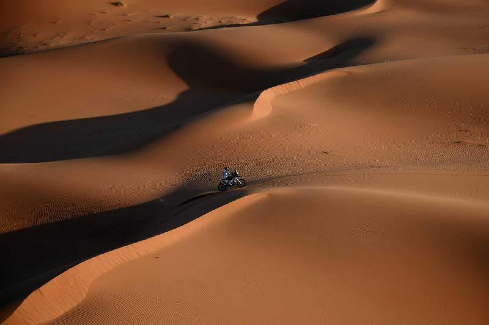 Vista aérea del motociclista Quintanilla, durante una etapa del Dakar 2020 en pleno desierto