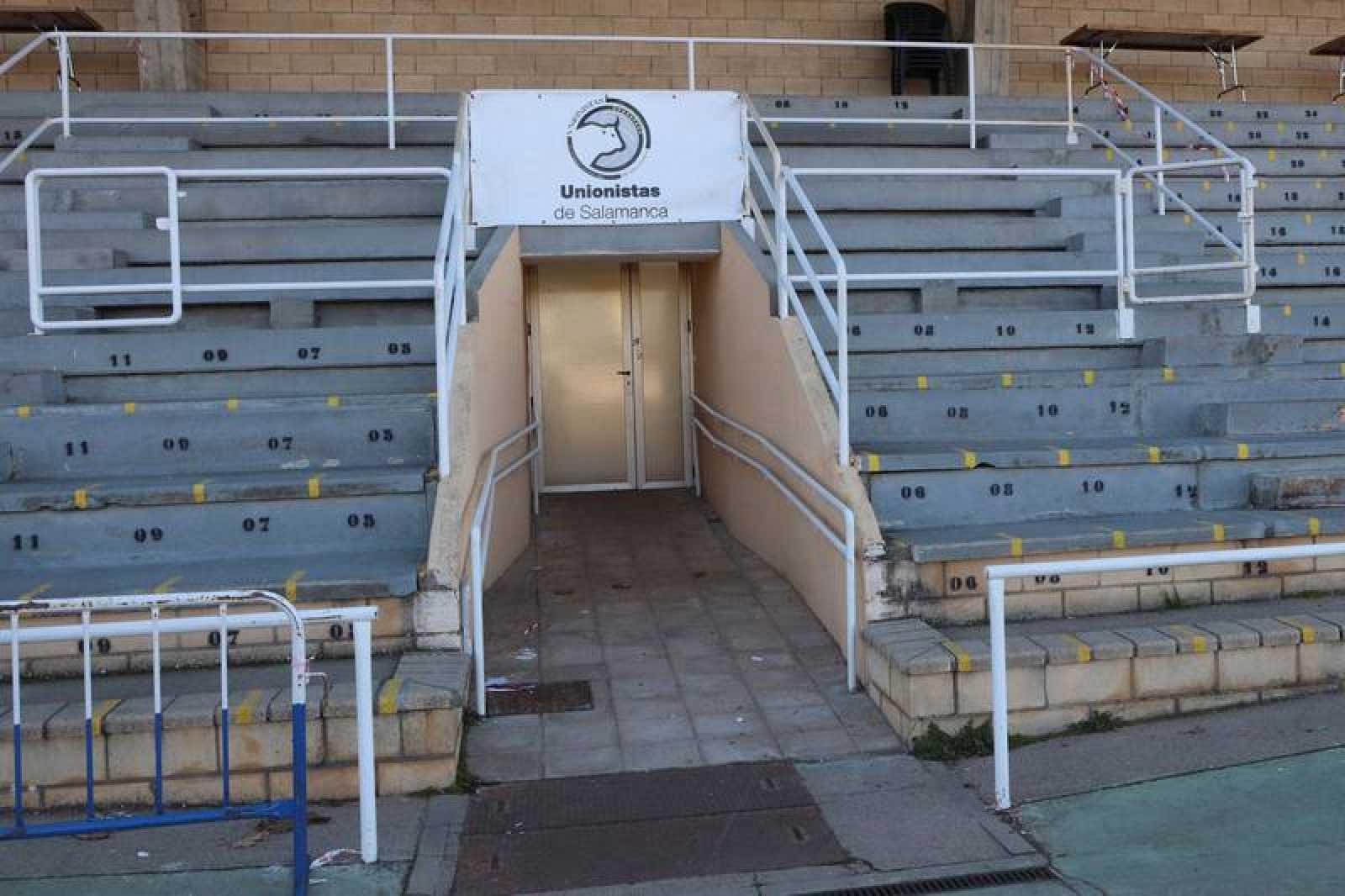 Vista del acceso al campo por el túnel de vestuarios en las instalaciones del Unionistas de Salamanca