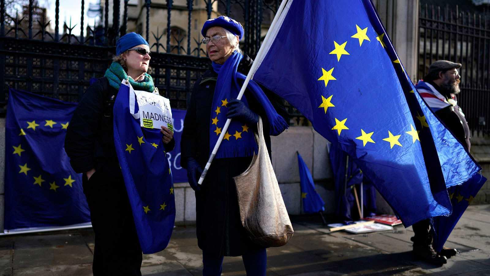 Dos manifestantes proeuropeos ante el Parlamento de Westminster