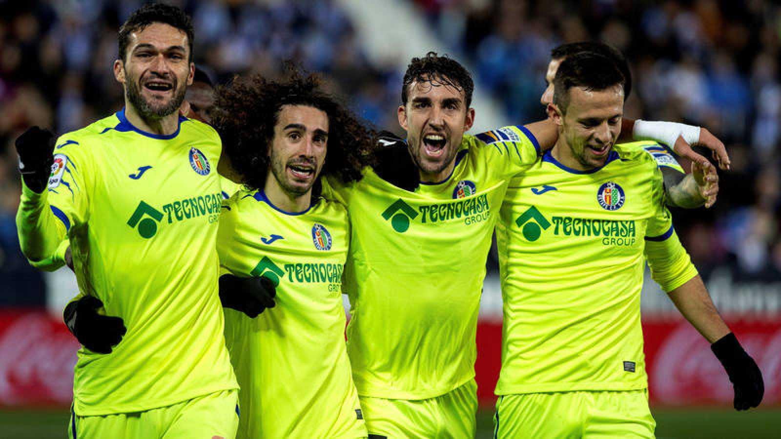 Los jugadores del Getafe celebran uno de sus goles al Leganés.