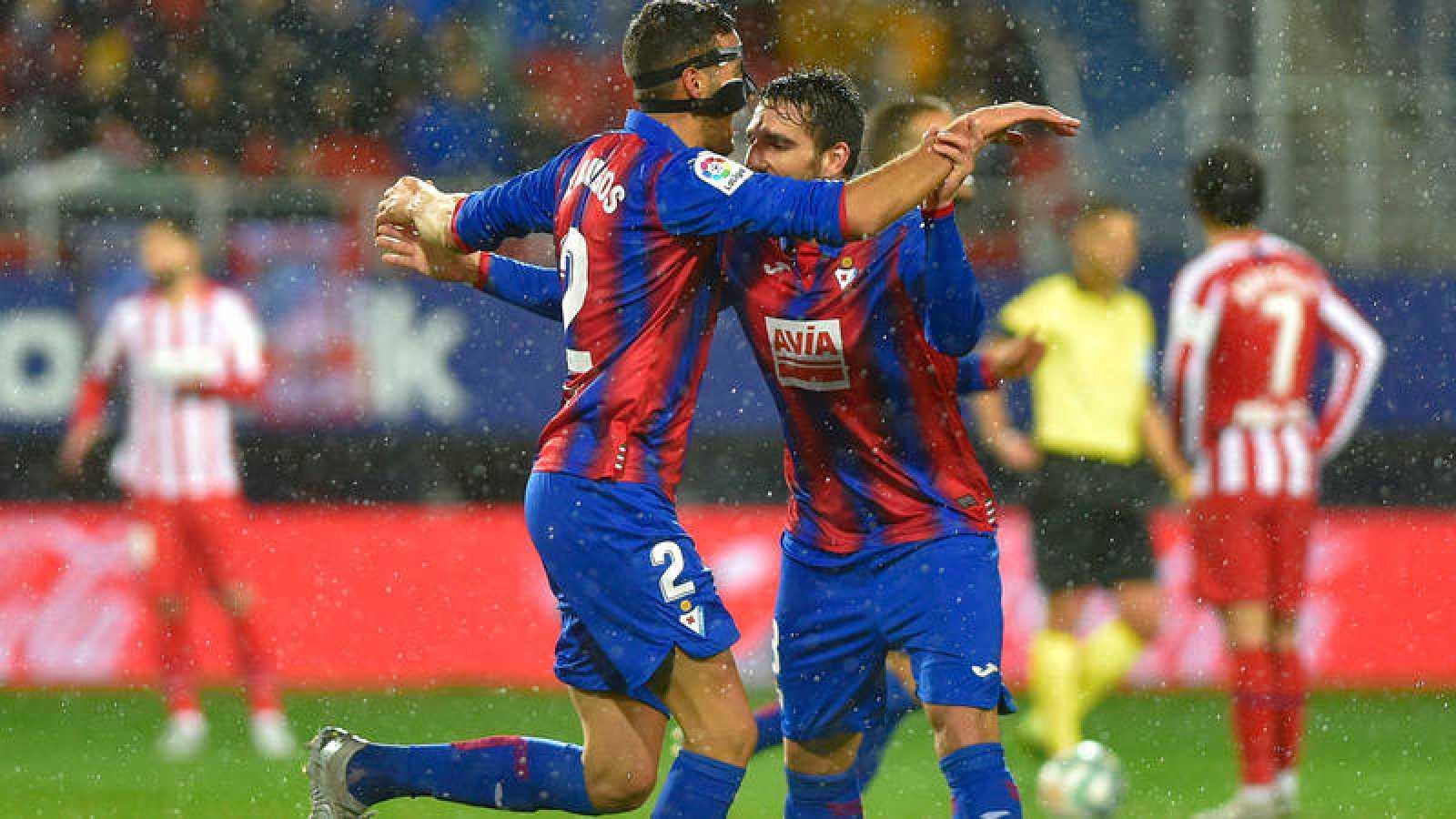Los jugadores del Eibar Esteban Burgos y Pedro Bigas celebran el tanto del primero ante el Atlético en Ipurúa.