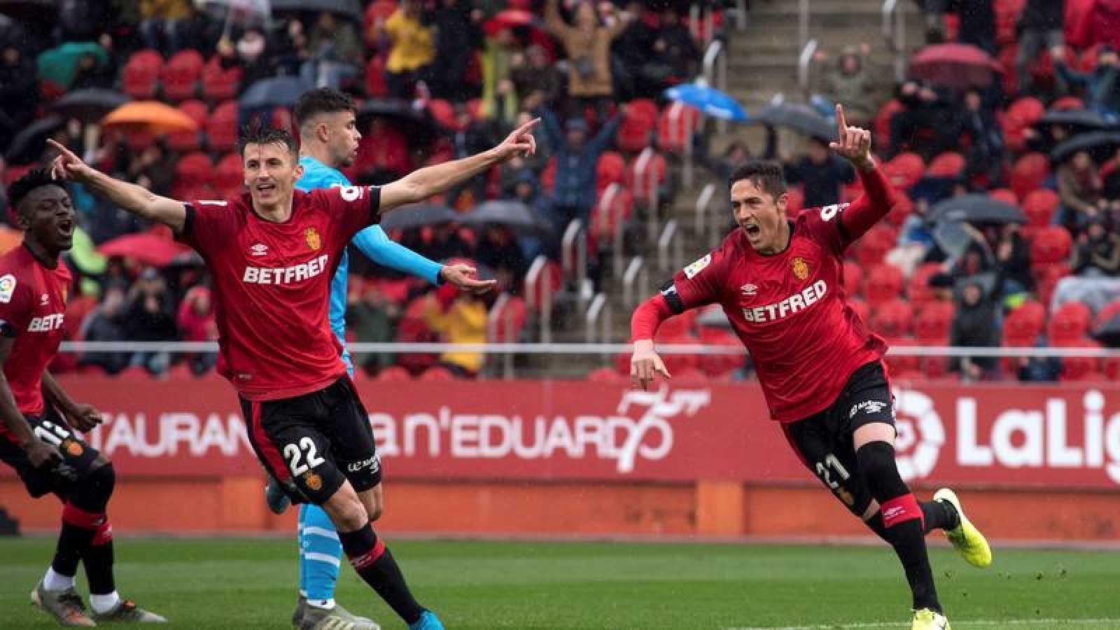 El delantero croata del Mallorca Budimir celebra uno de sus dos tantos ante el Valencia.
