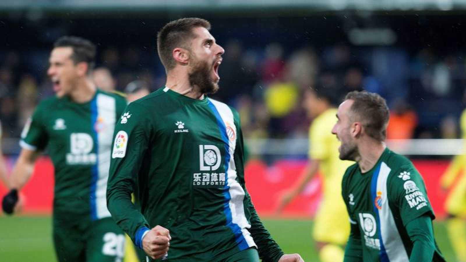 El centrocampista David López (c) del RCD Espanyol celebra su gol frente al Villarreal.