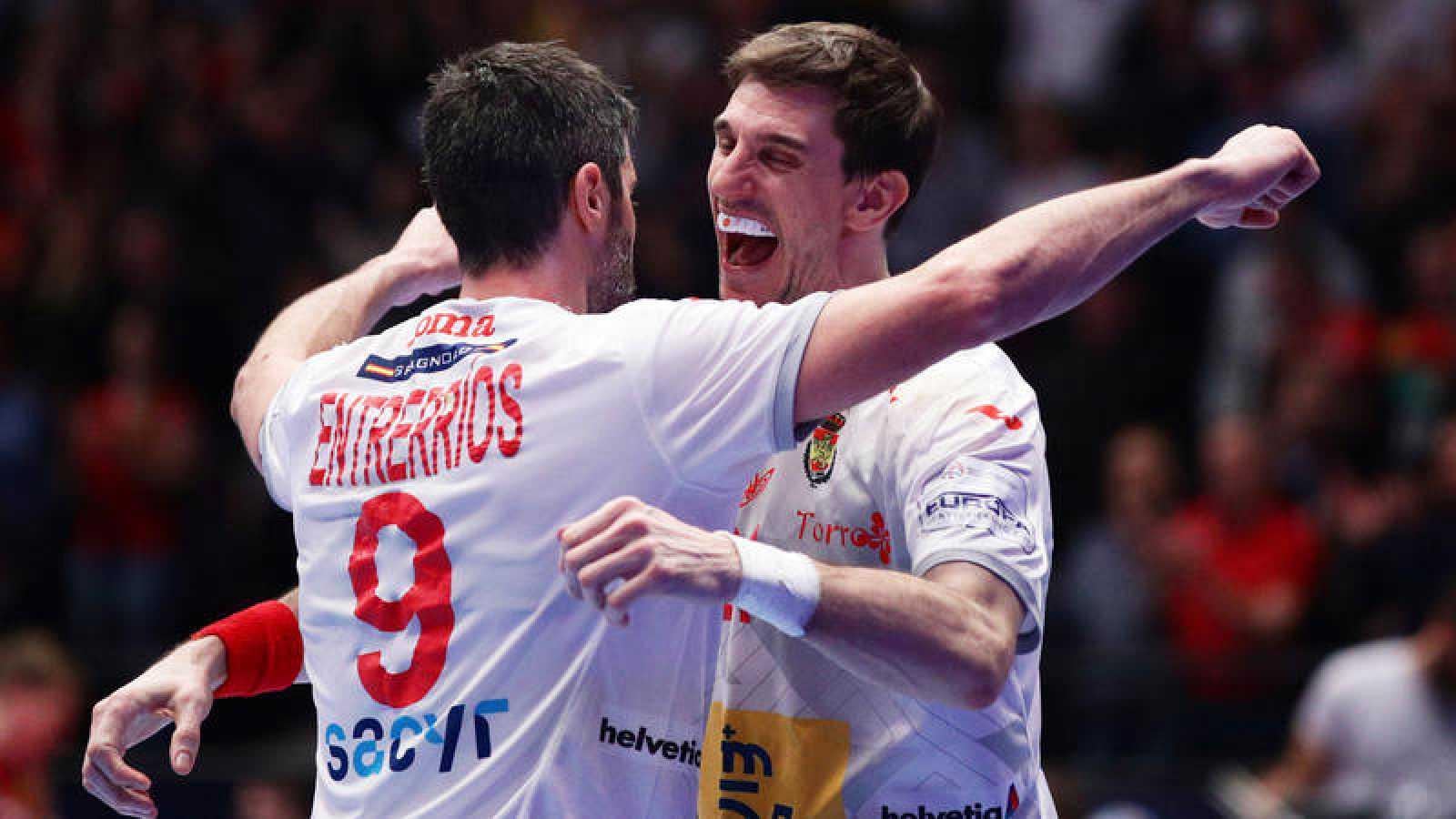 Raúl Entrerríos y Viran Morros celebran una victoria de la selección española en el Europeo.