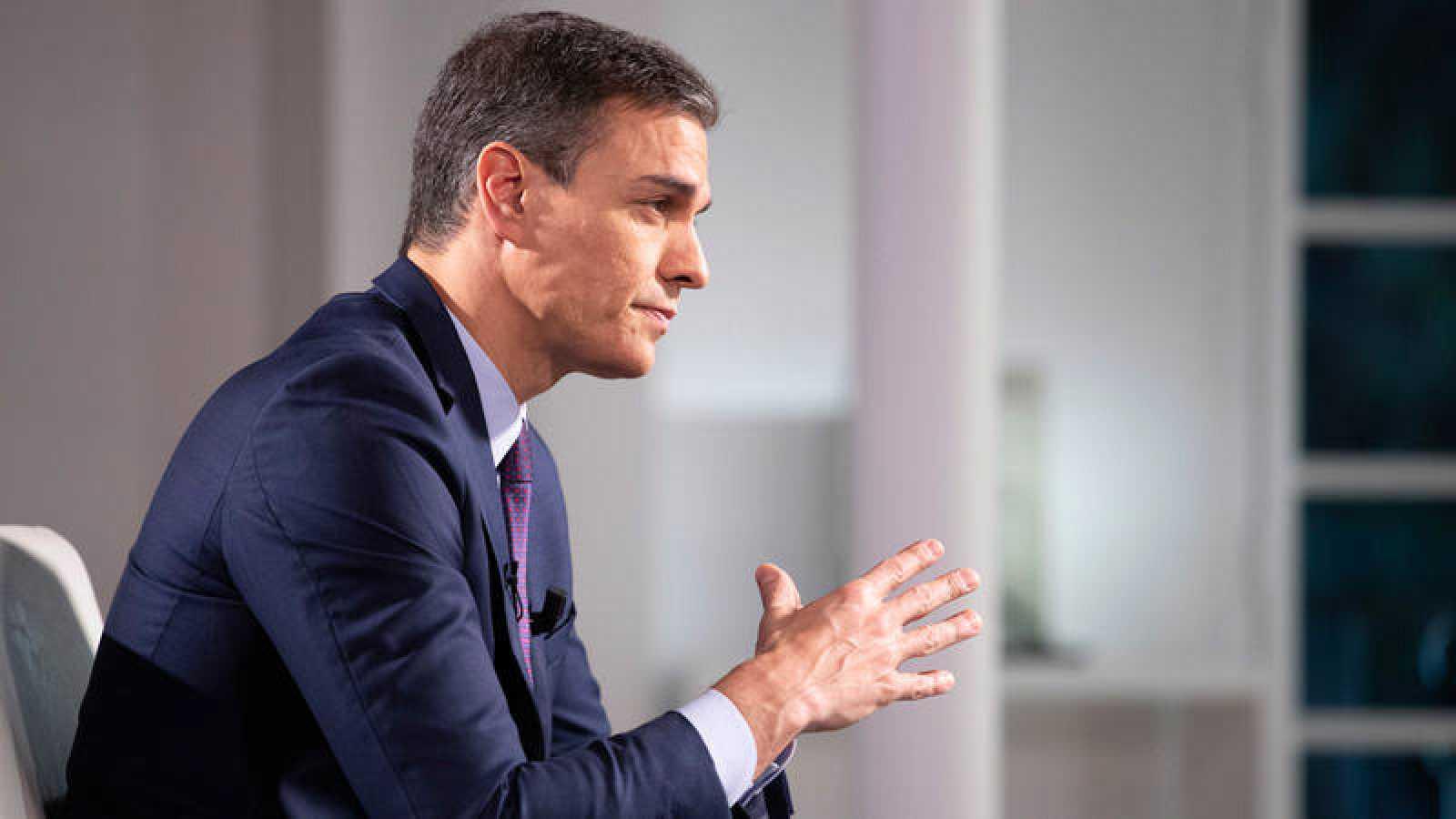 El presidente del Gobierno, Pedro Sánchez, en una entrevista con RTVE en el palacio de la Moncloa