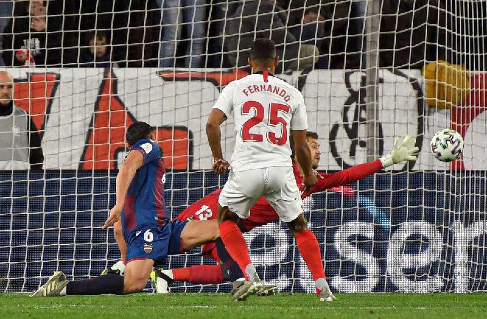 El delantero del Sevilla Fernando Reges (c) marca el primer gol de su equipo ante el Levante