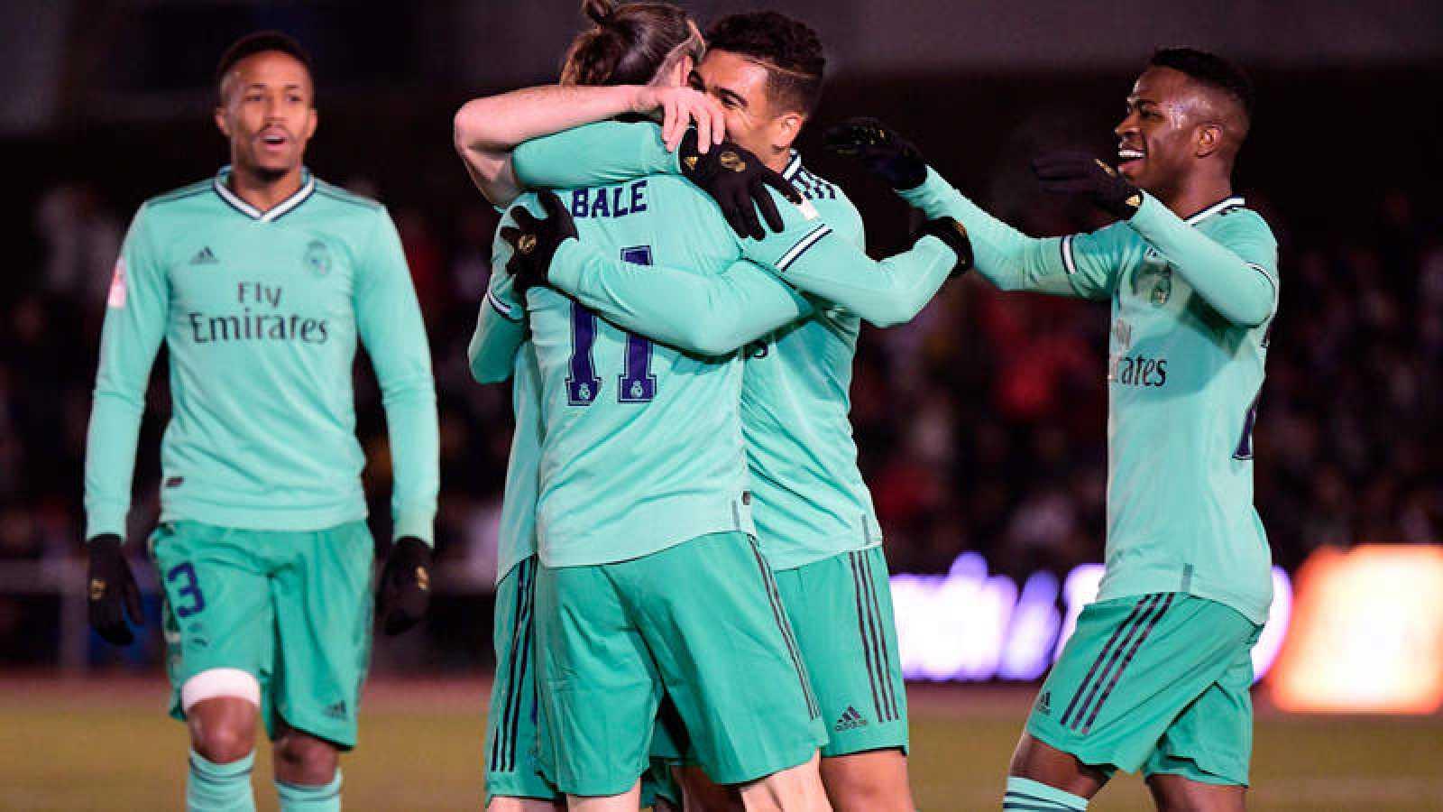 Gareth Bale es abrazado por sus compañeros tras marcar el 0-1 ante Unionistas.