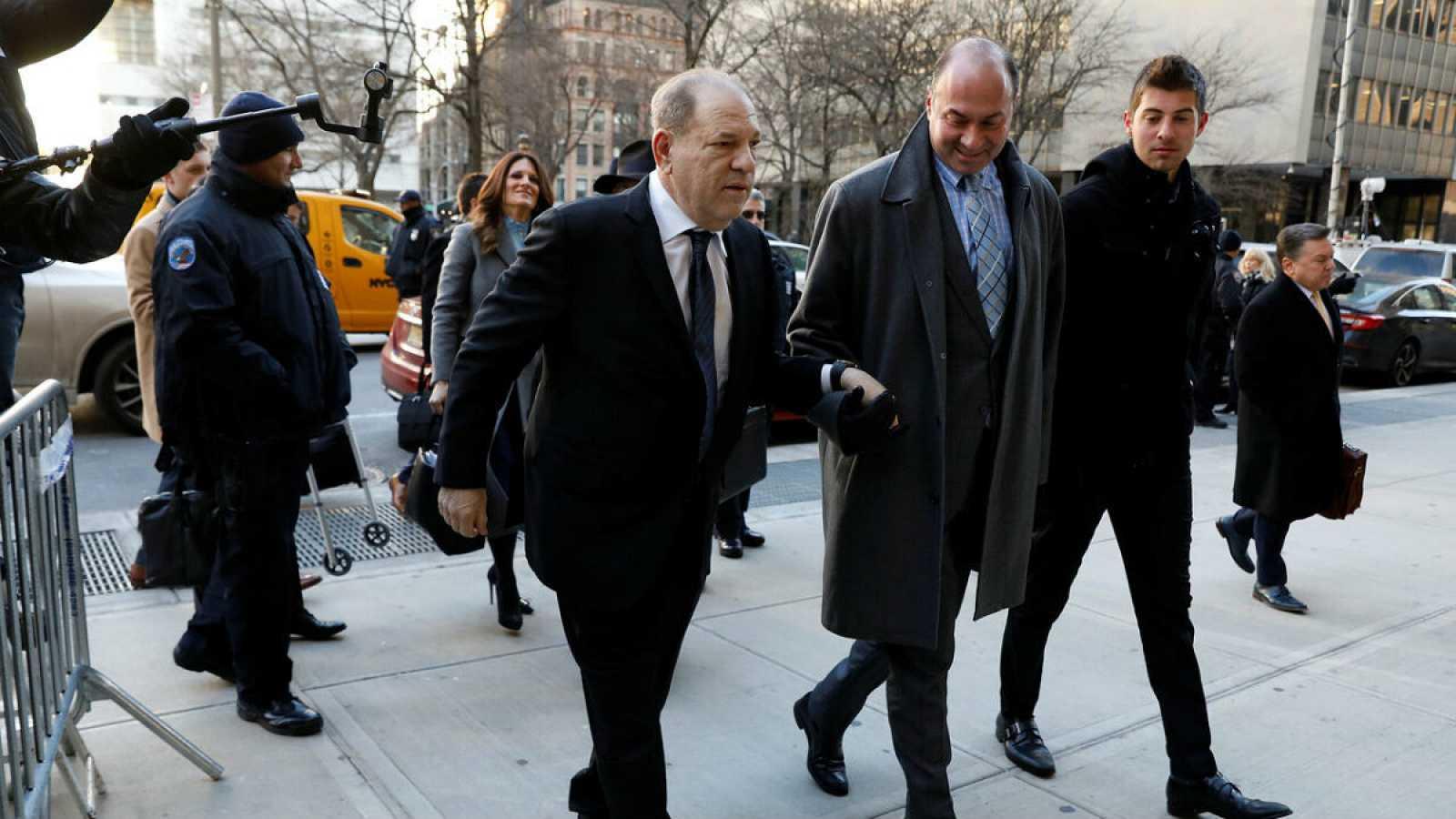 El antiguo productor de cine y magnate, Harvey Weinstein, llega a Nueva York acompañado de sus abogados para enfrentarse al juicio que decidirá si es culpable de abusos sexuales.