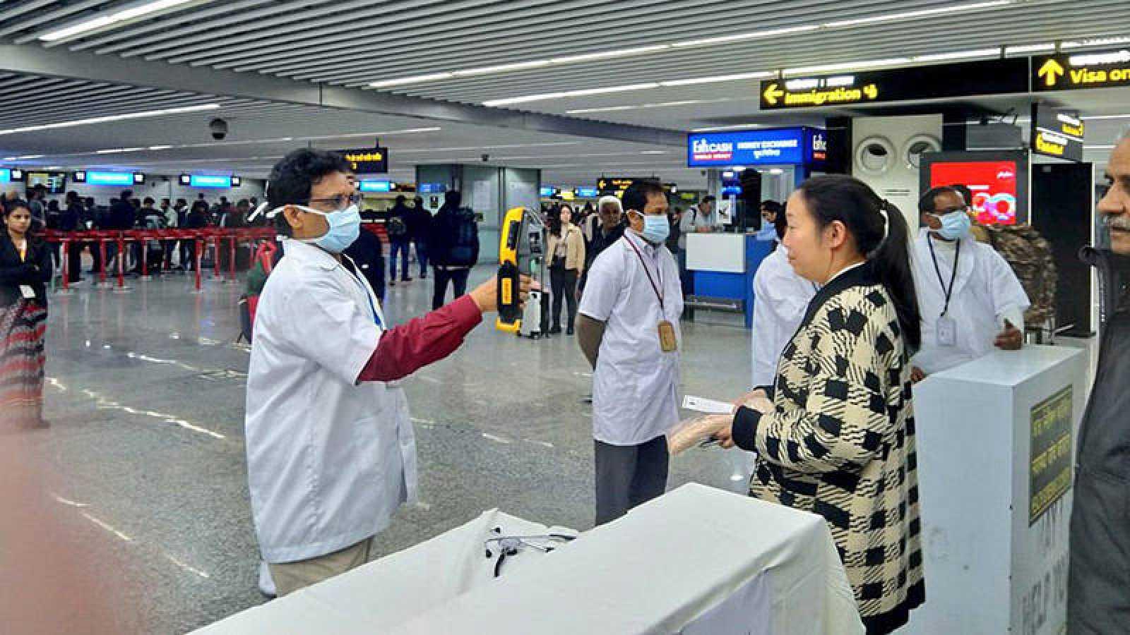 Controles a los pasajeros que vienen de China en el aeropuerto de Kolkata, en India.