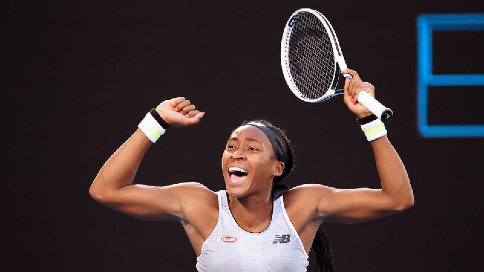 La joven tenista estadounidense Coco Gauff celebra su victoria ante la japonesa Naomi Osaka en Melbourne.