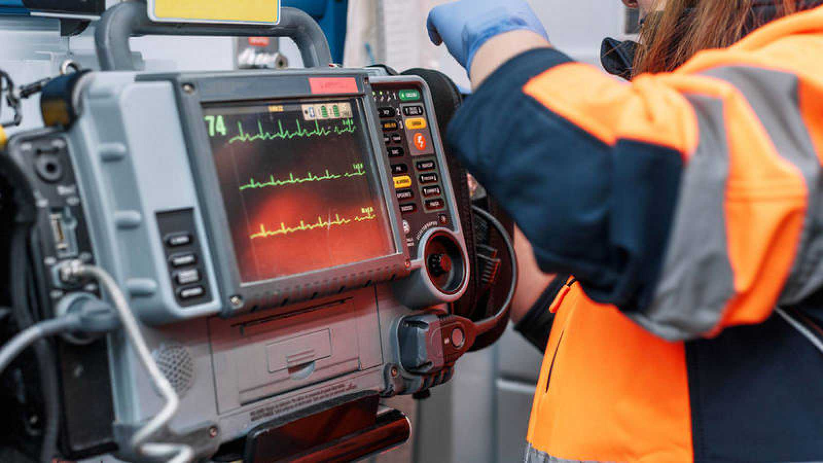 Un desfibrilador en una ambulancia