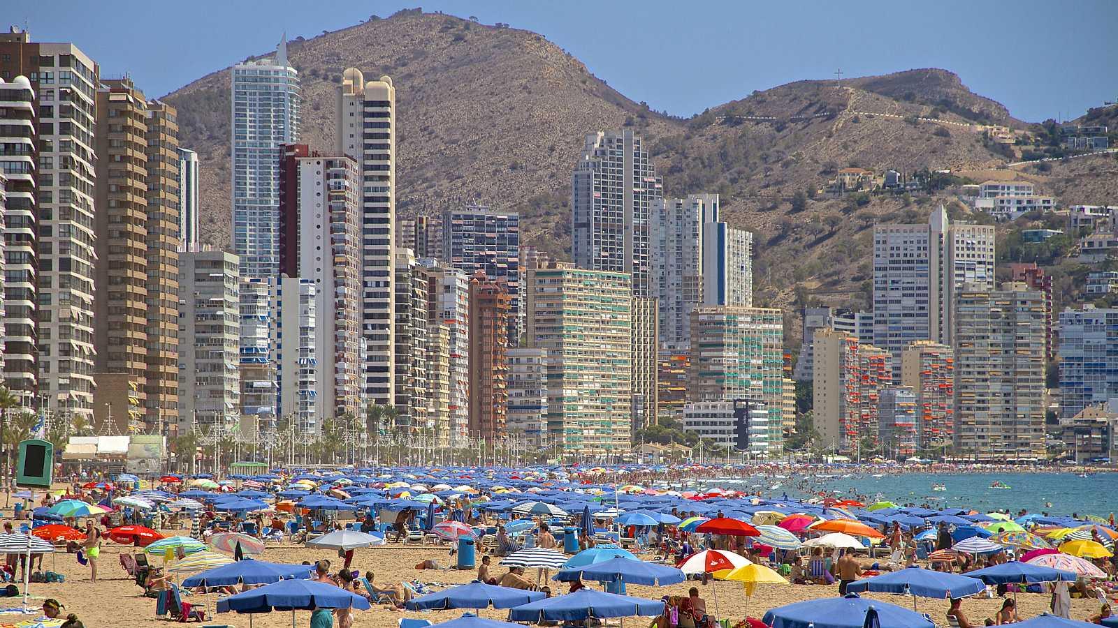 La playa de Benidorm (Alicante), repleta de turistas, en una imagen de archivo.