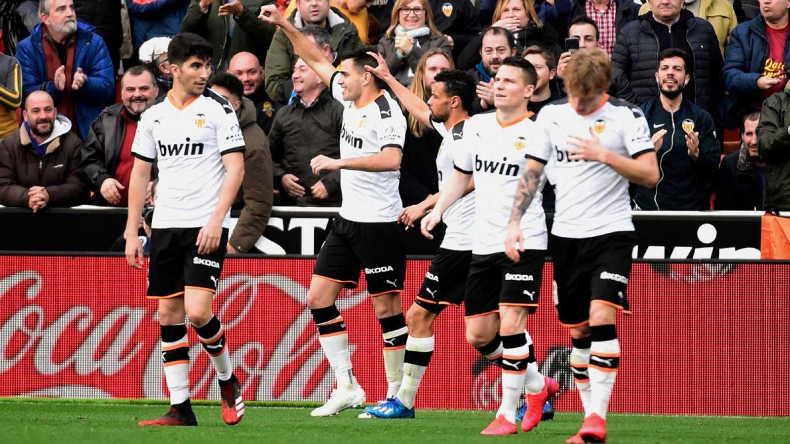 Maxi Gómez celebra el gol con sus compañeros