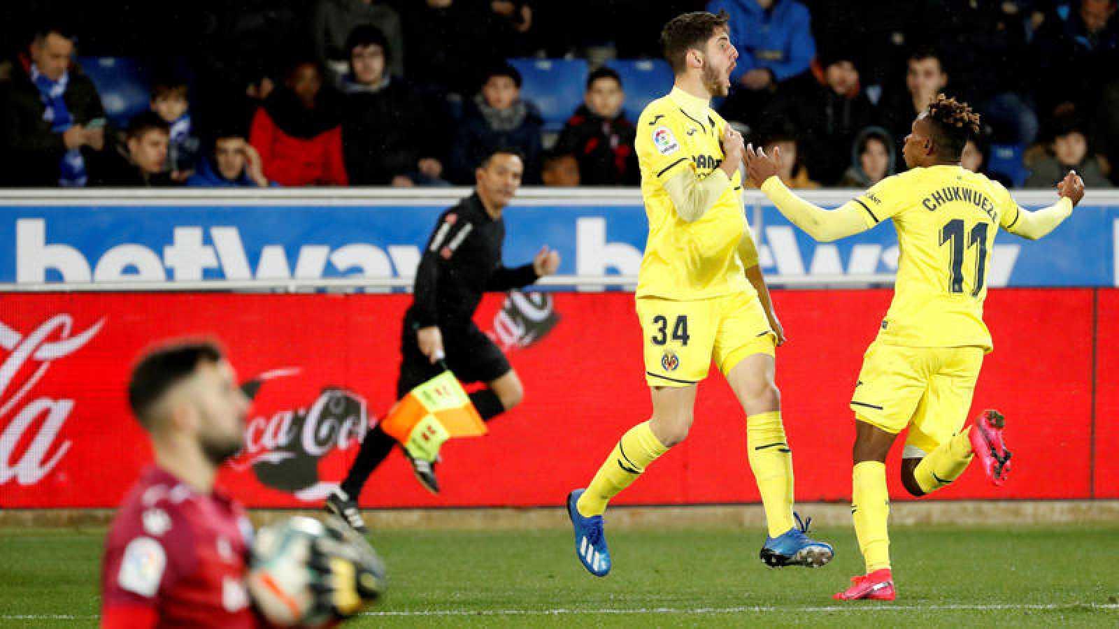 El delantero Fernando NIño (i) celebra el gol de la victoria en el partido ante el Deportivo Alavés.