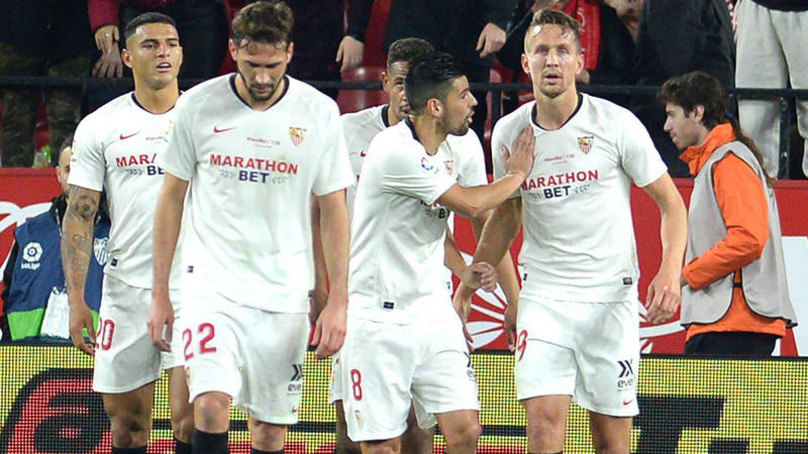 Los jugadores del Sevilla celebran el 1-0, anotado por Luuk de Jong (d).