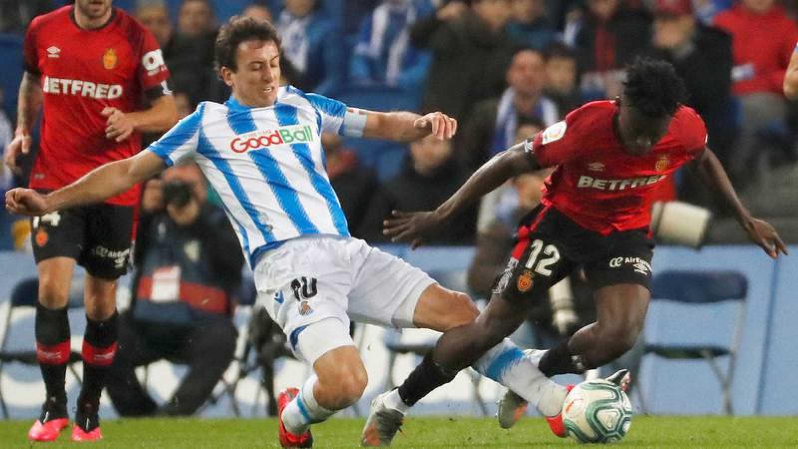 El centrocampista de la Real Sociedad, Mikel Oyarzabal (i), disputa el balón ante el jugador ghanés del RCD Mallorca, Iddrisu Baba