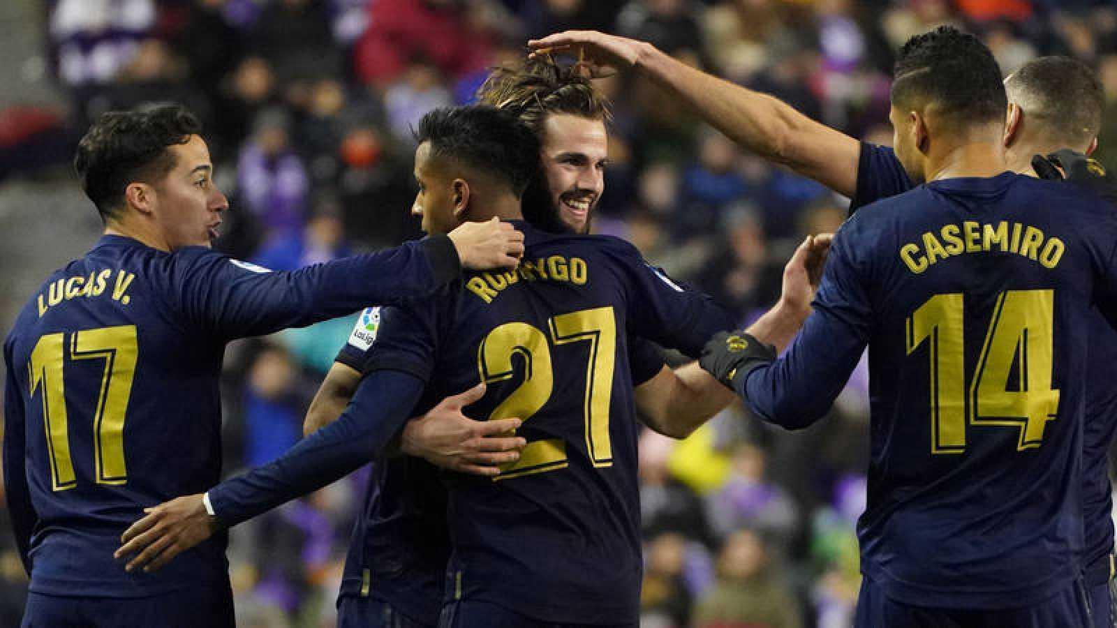 El defensa del Real Madrid, Nacho Fernández (C), felicitado por sus compañeros tras marcar el primer y único gol del encuentro