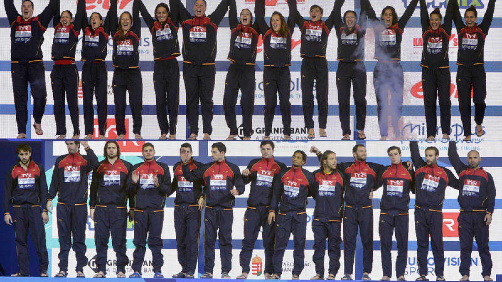 Fotomontaje de las selecciones españolas femenina (arriba) y masculina de waterpolo, en el podio de Budapest 2020