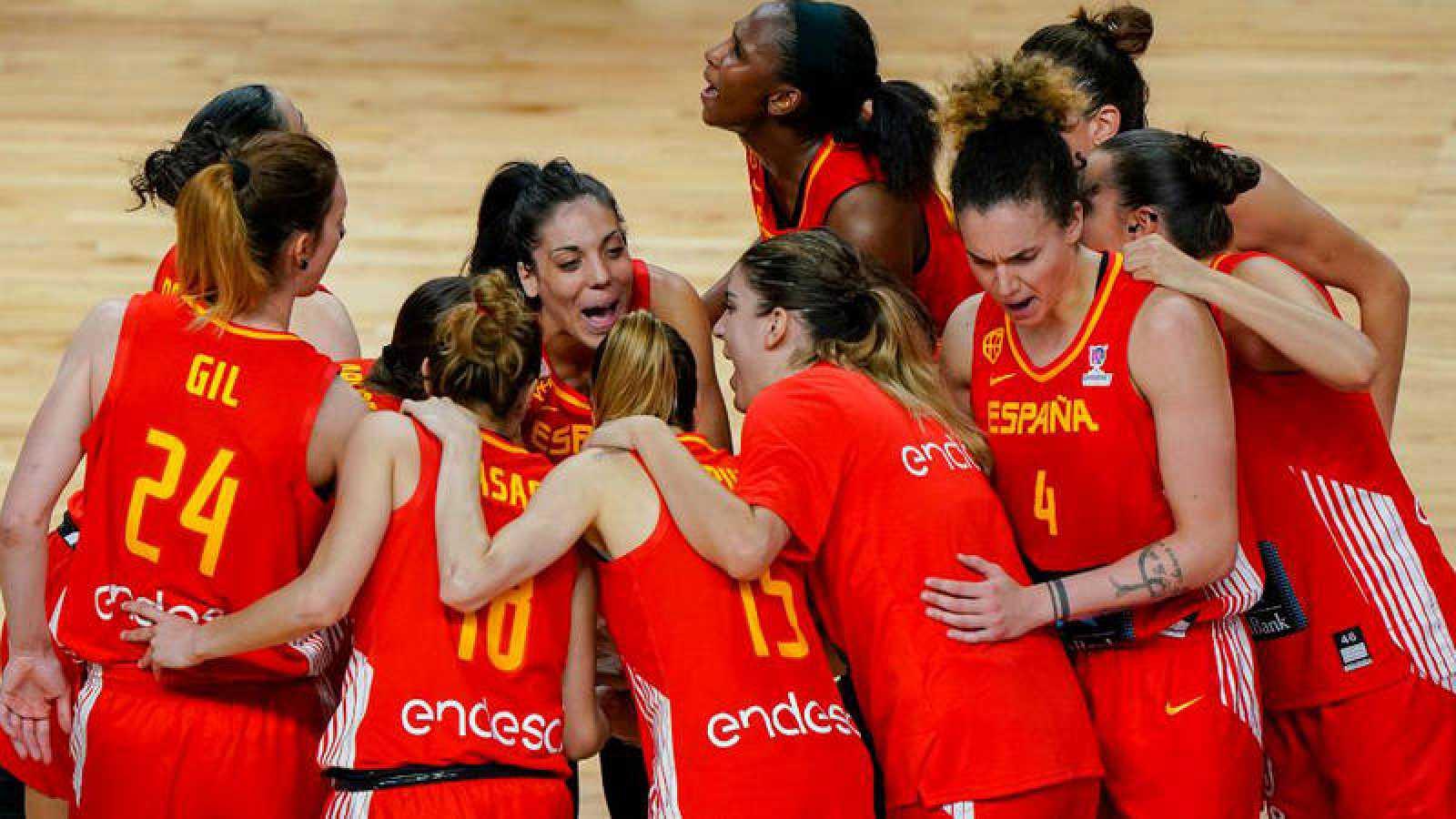 Las jugadoras de la selección femenina de baloncesto se conjuran antes de un partido.