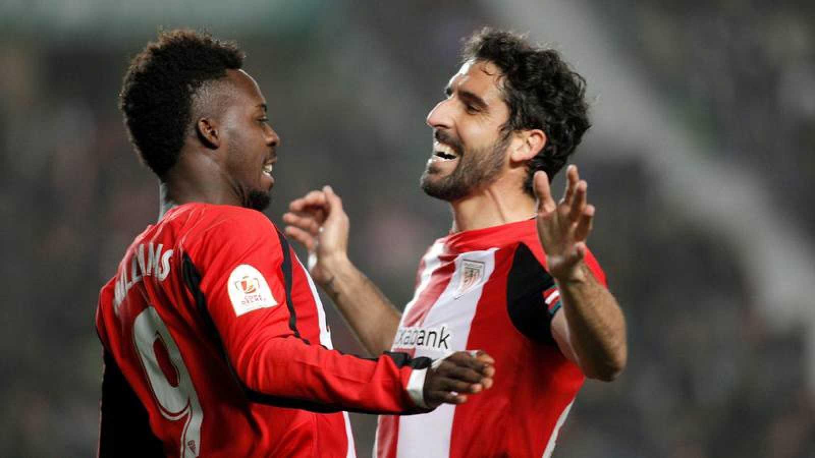El extremo del Athletic Club de Bilbao Iñaki Williams (i) celebra con su compañero Raúl García
