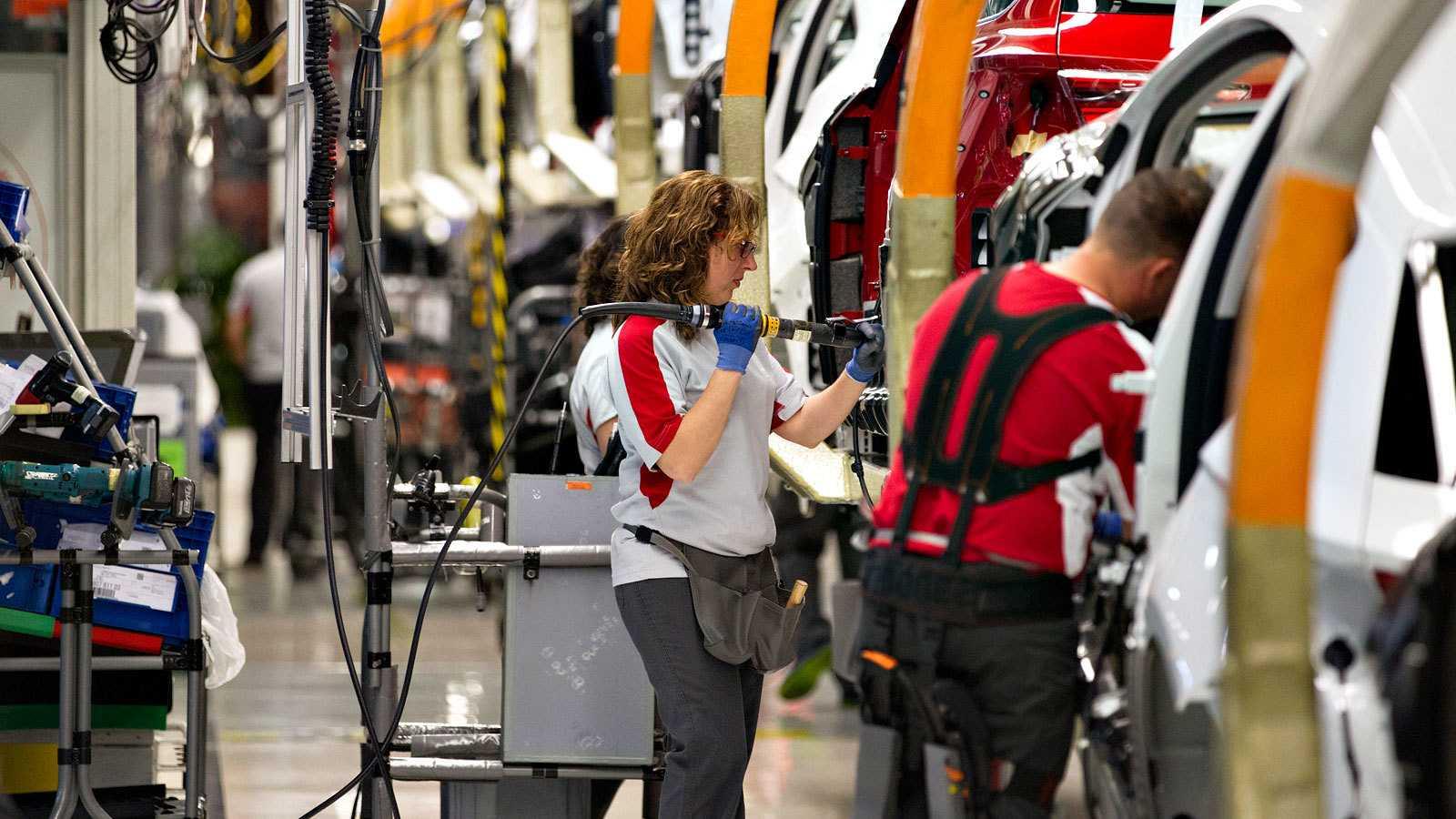 Operarios en una cadena de montaje de una factoría automovilística española