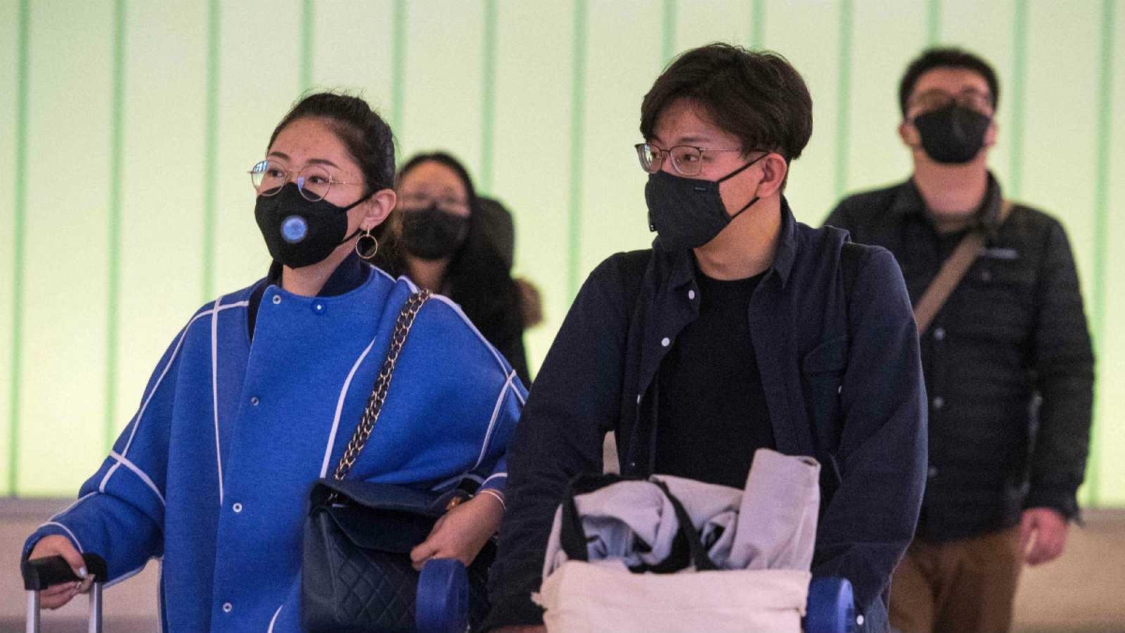 En el aeropuerto de Los Ángeles, los pasajeros portan mascarillas para prevenir los ya constantes contagios por el coronavirus chino.