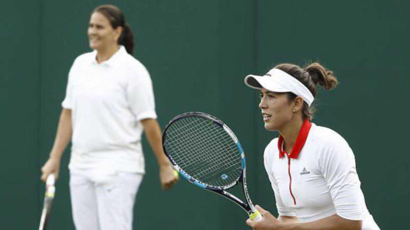 La tenista Garbiñe Muguruza entrena bajo la atenta mirada de su entrenadora Conchita Martínez.