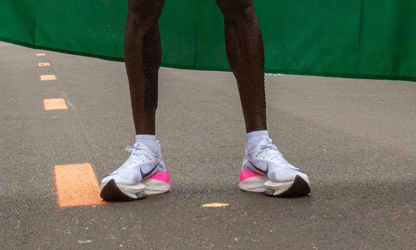 dolor de estómago Recreación Oficiales  Maratón: Prohíben prototipos de zapatillas como el de Kipchoge