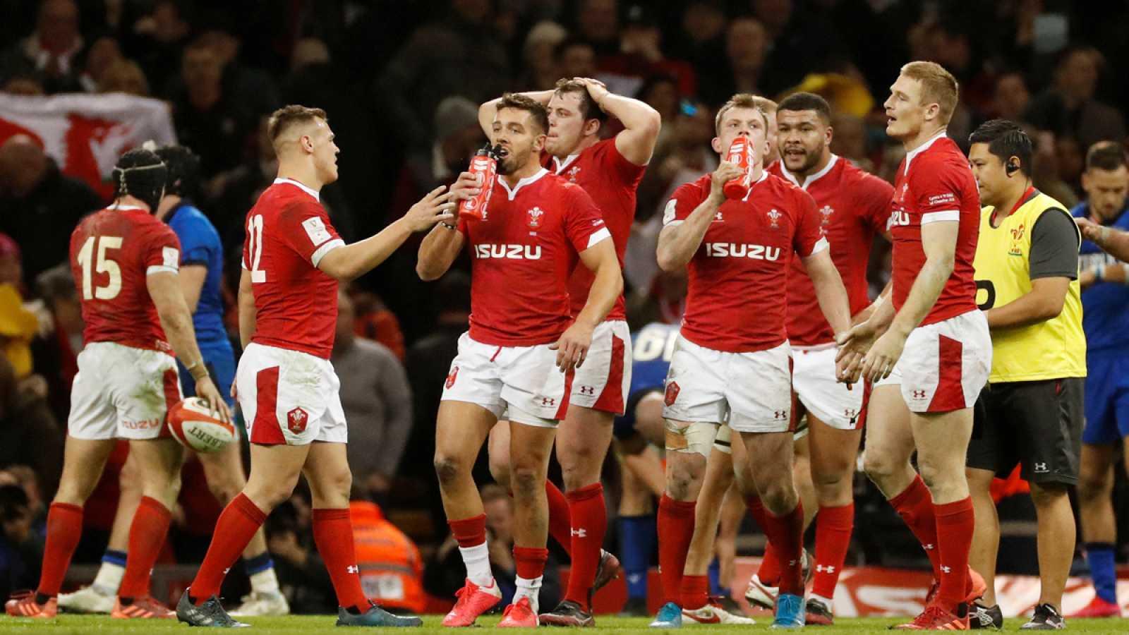 Jugadores de Gales celebran un ensayo