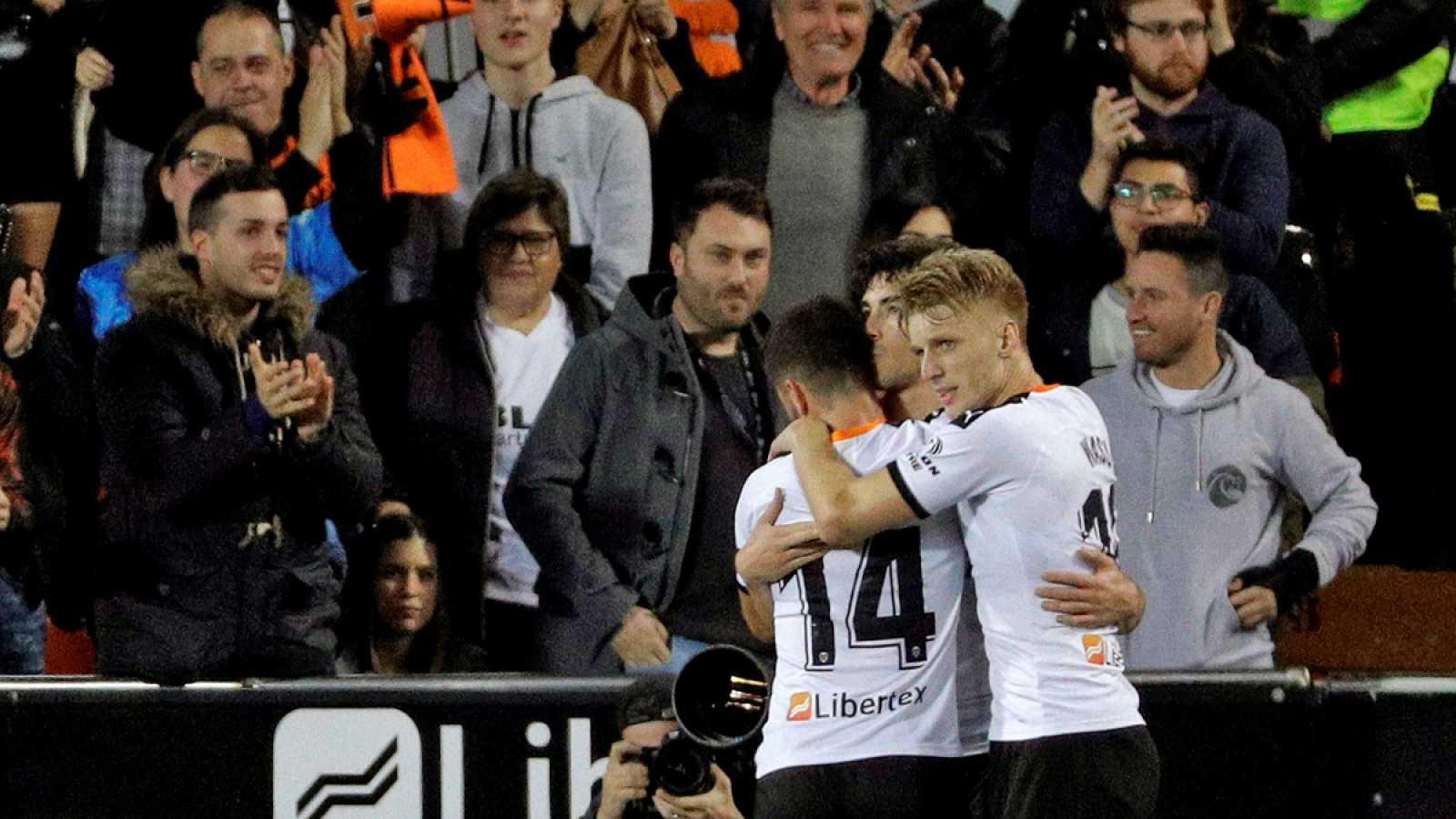 El centrocampista del Valencia, Carlos Soler (c), celebra con Gayá (i) y Wass