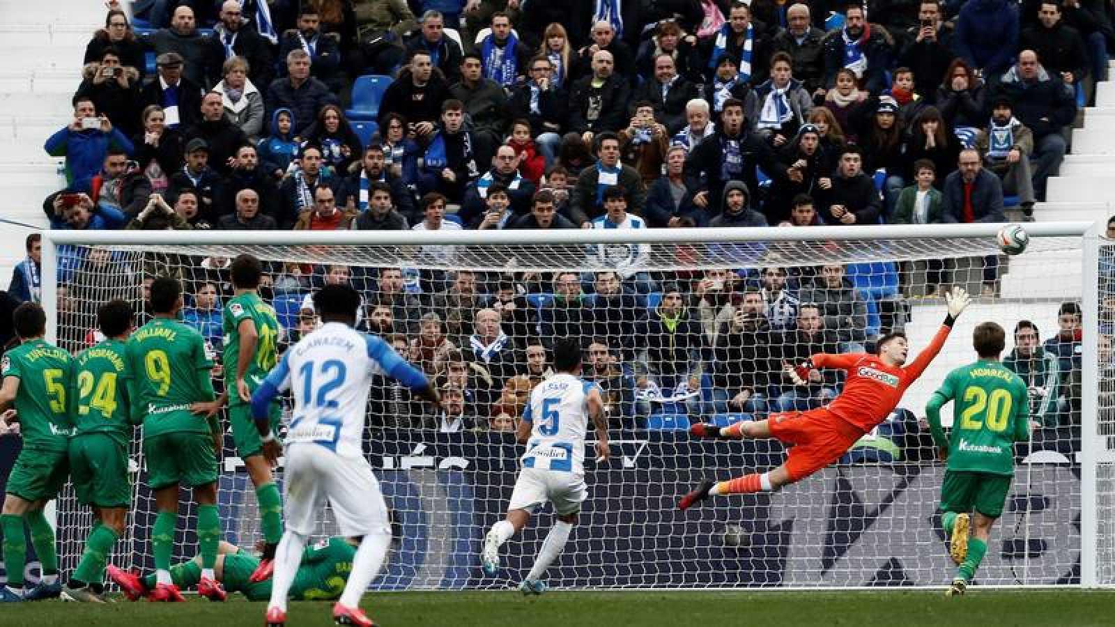 Momento del gol de la victoria del delantero Óscar Rodríguez en el tiempo de descuento ante la Real Sociedad.