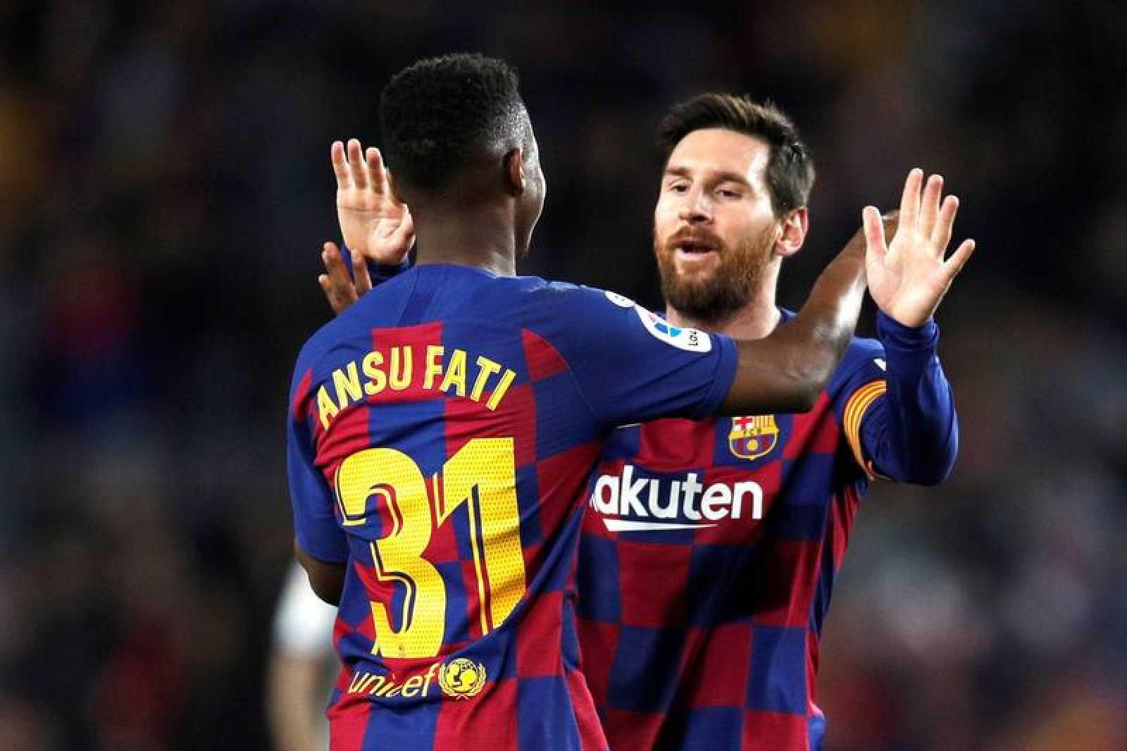 Ansu Fati (i) celebra con Leo Messi tras marcar ante el Levante