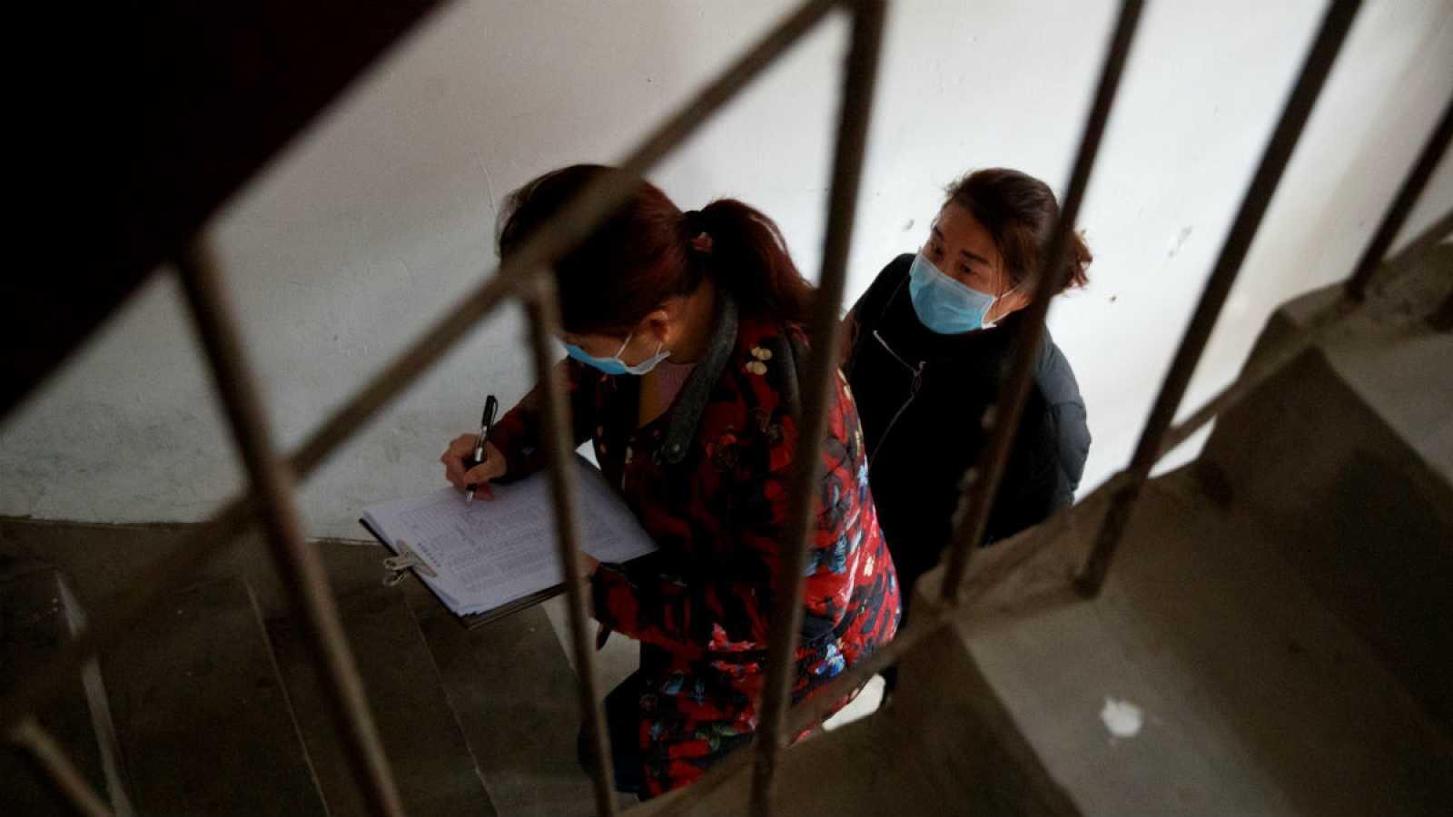 En la provincia china de Jiangxi, los vecinos se han organizado para pedir, uno por uno, un registro de sus últimos viajes.