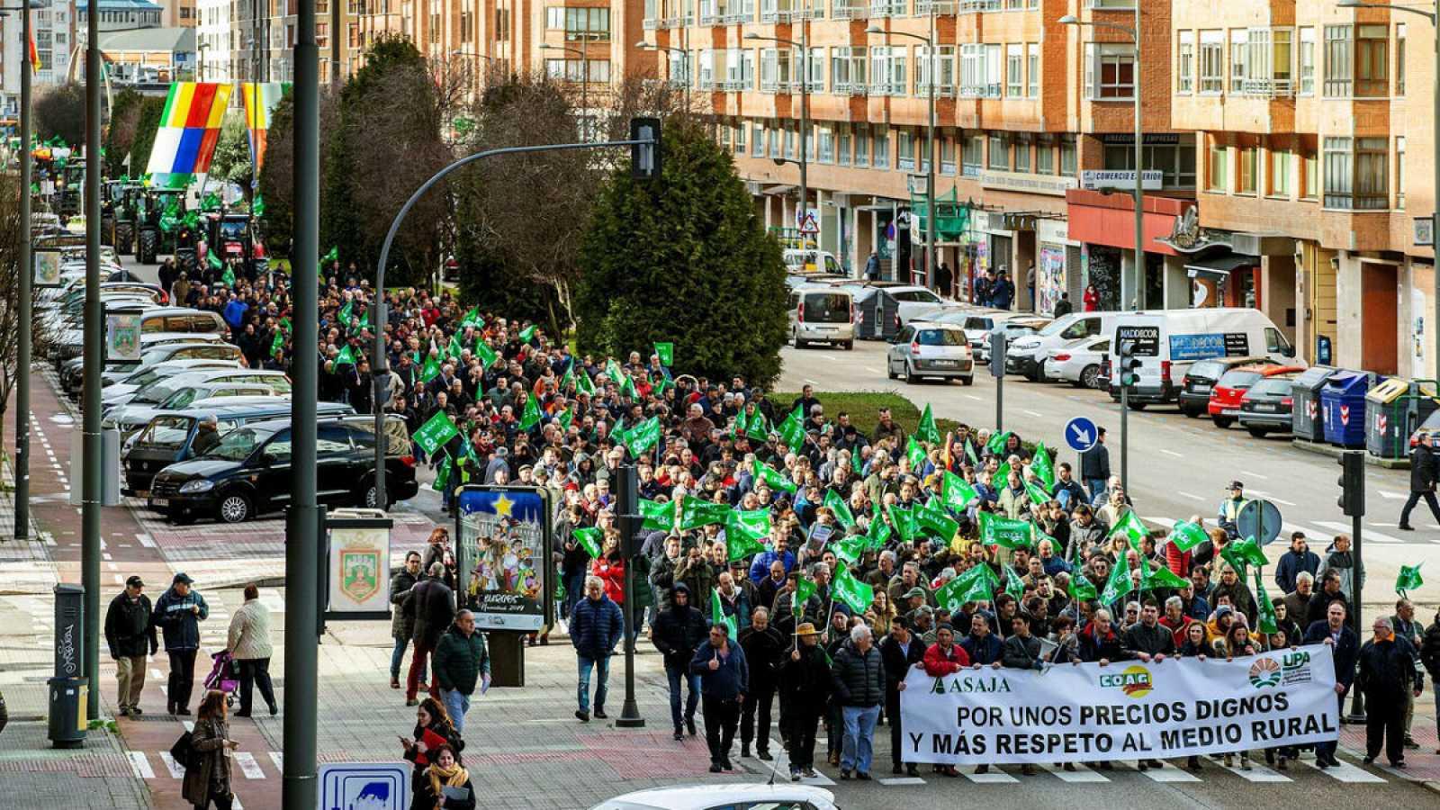 """Agricultores y ganaderos participan en una manifestación bajo el lema """"En defensa de su futuro"""" en Burgos."""