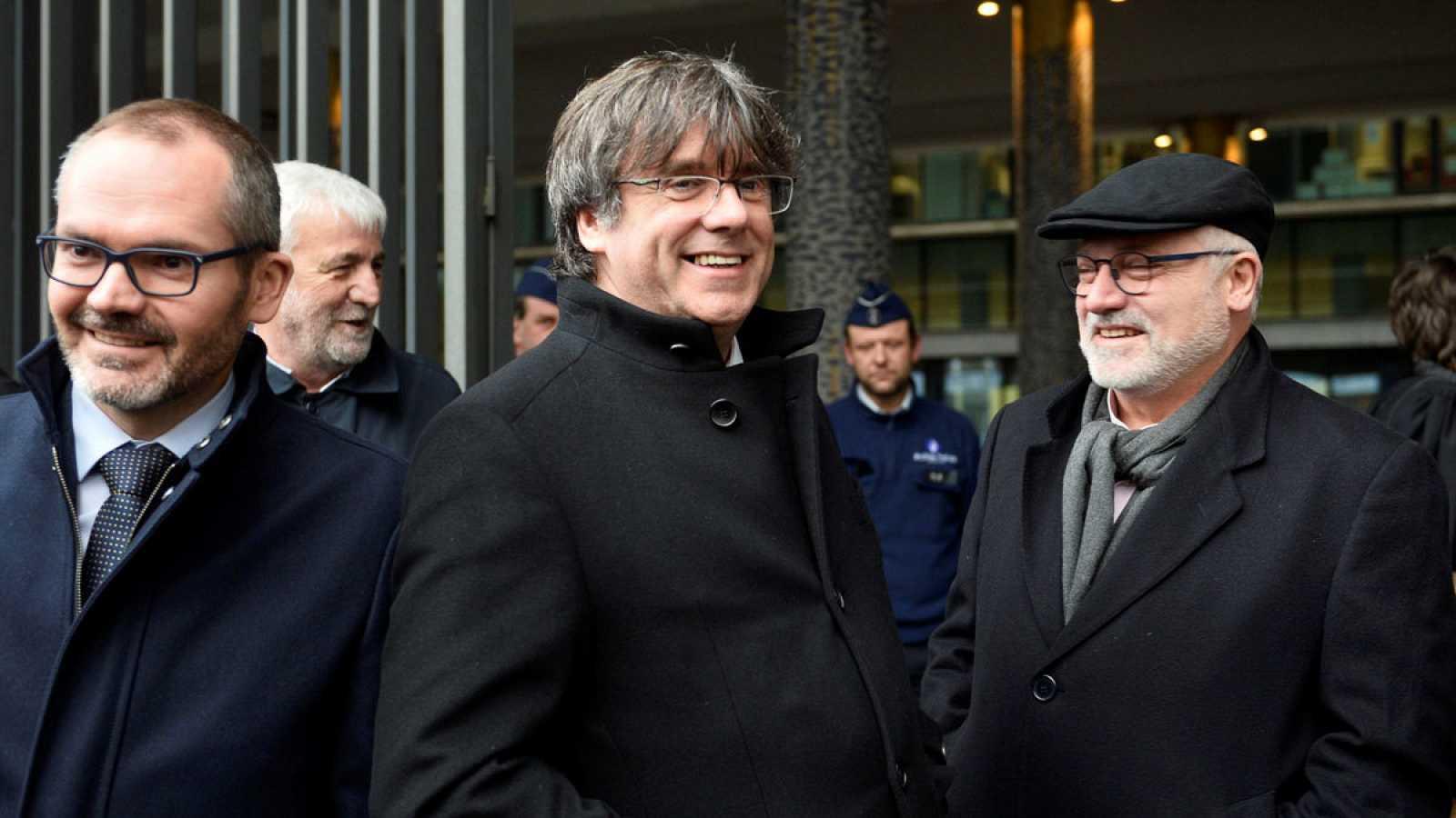 El expresidente de la Generalitat de Cataluña Carles Puigdemont y el exconseller Lluís Puig, este lunes a su salida del juzgado.