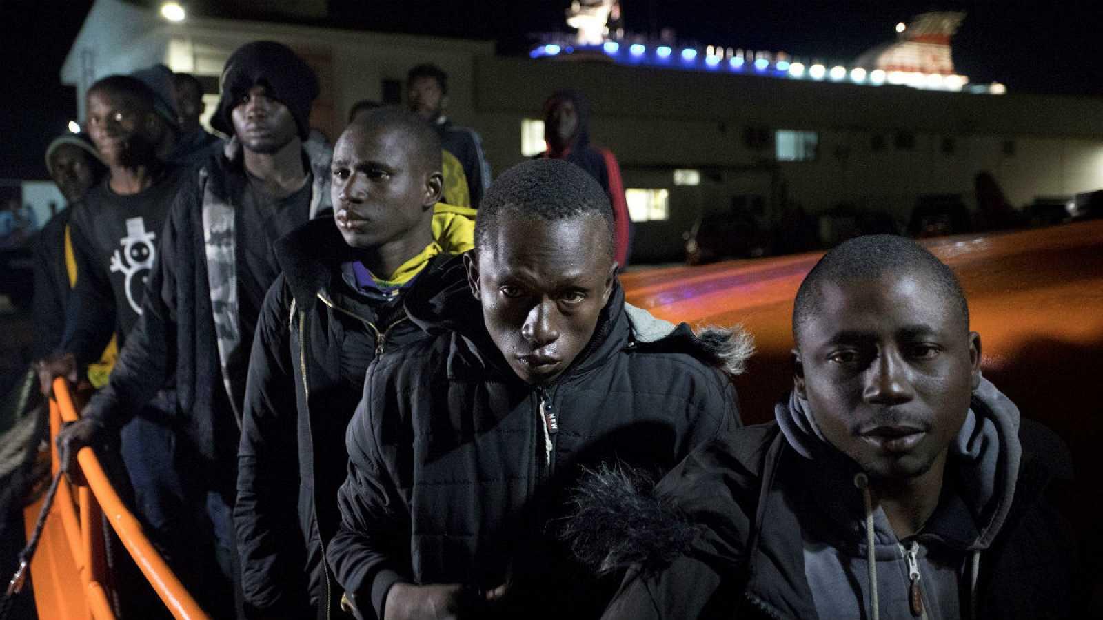 Llegada al puerto de Motril, en Granada, de 66 personas, entre ellas nueve mujeres y al menos tres menores, que han sido rescatados unas 32 millas al sur de Motril por Salvamento Marítimo.