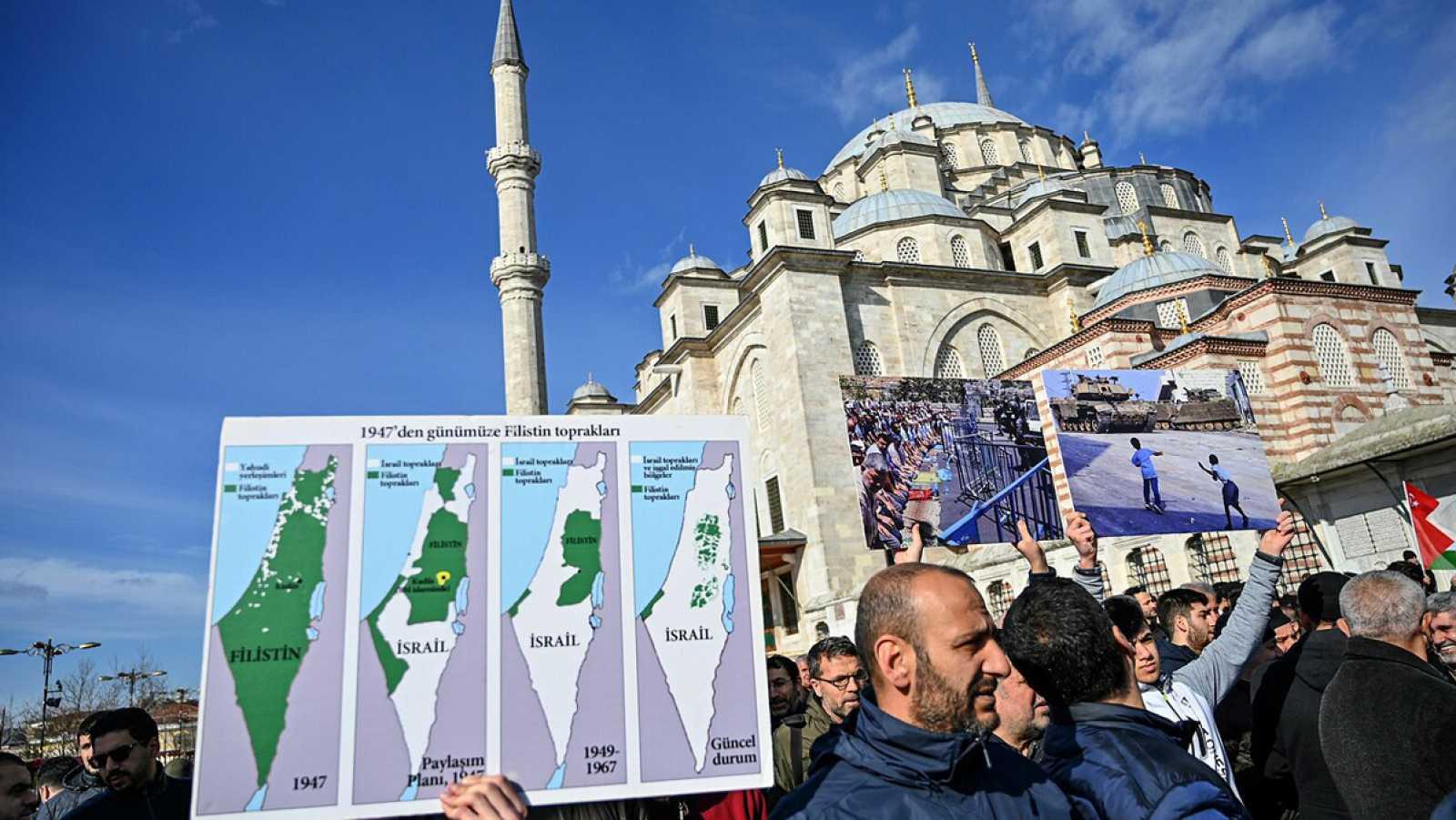 Proetesta contra el plan de Trump para Israel y Palestina en Estambul, Turquía. Foto: Ozan KOSE / AFP