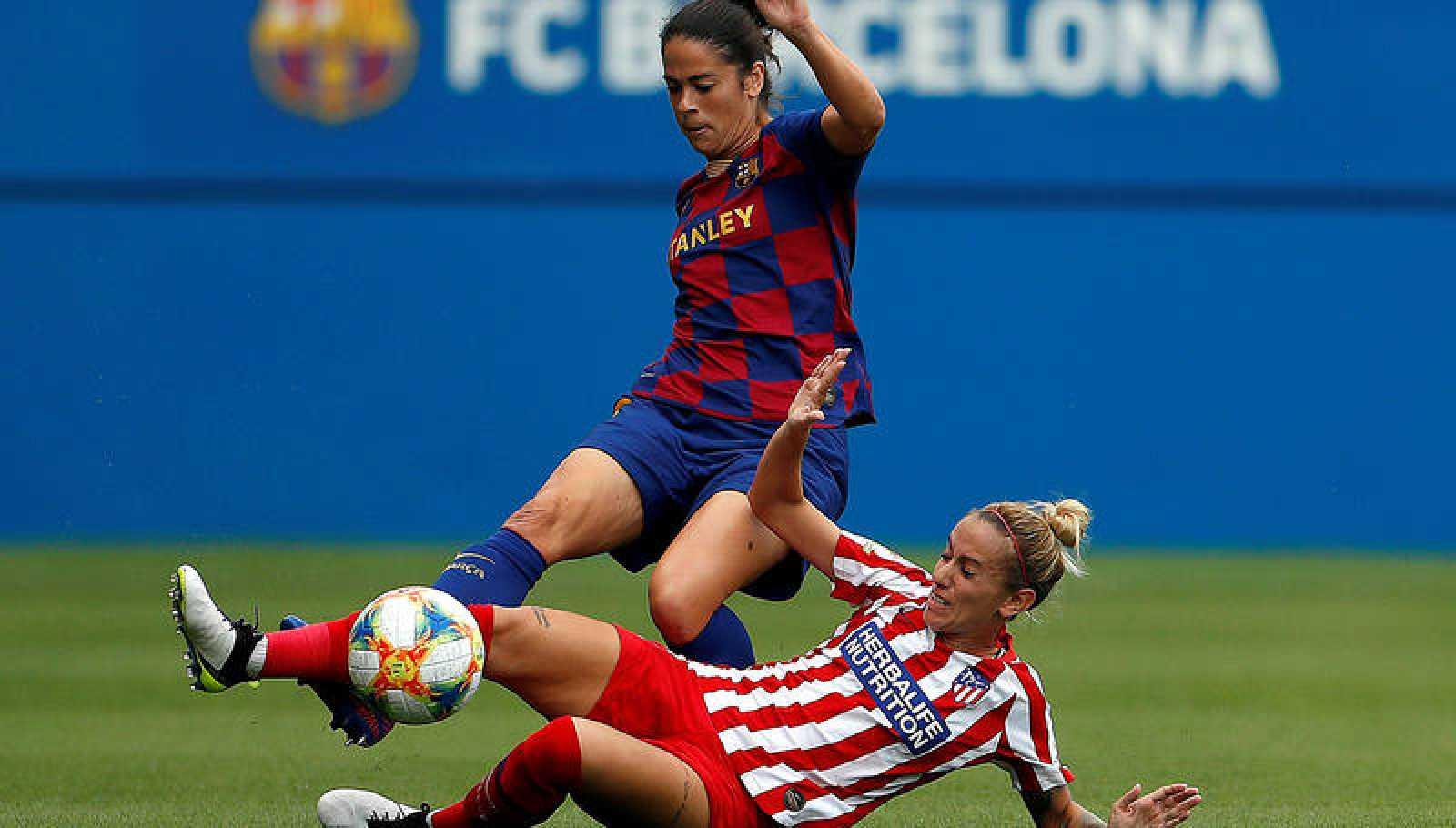 La jugadora del FC Barcelona, Marta, pugna con Menayo, del Atlético de Madrid.