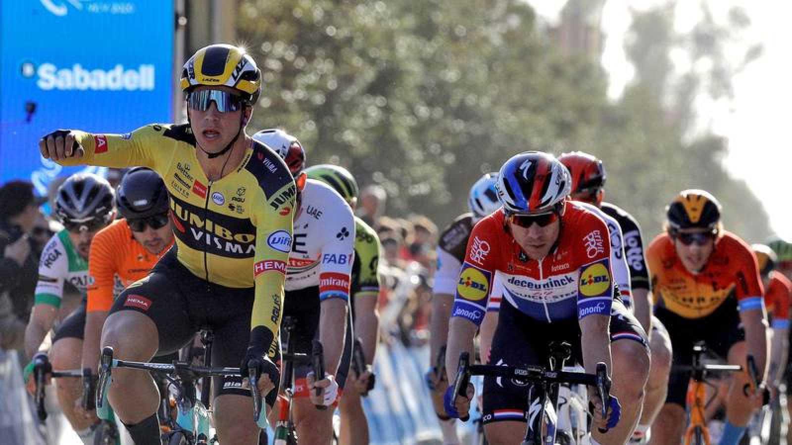 El ciclista holandés Dylan Groenewegen se impone celebra su victoria al esprint en Villarreal.