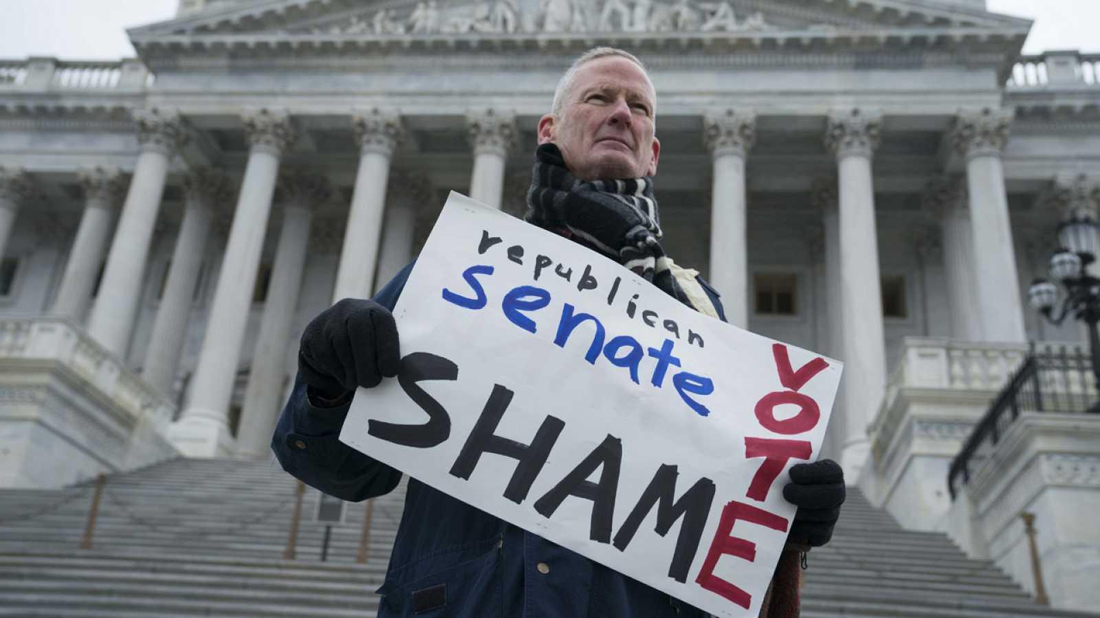 Un manifestante, este miércoles frente al Senado