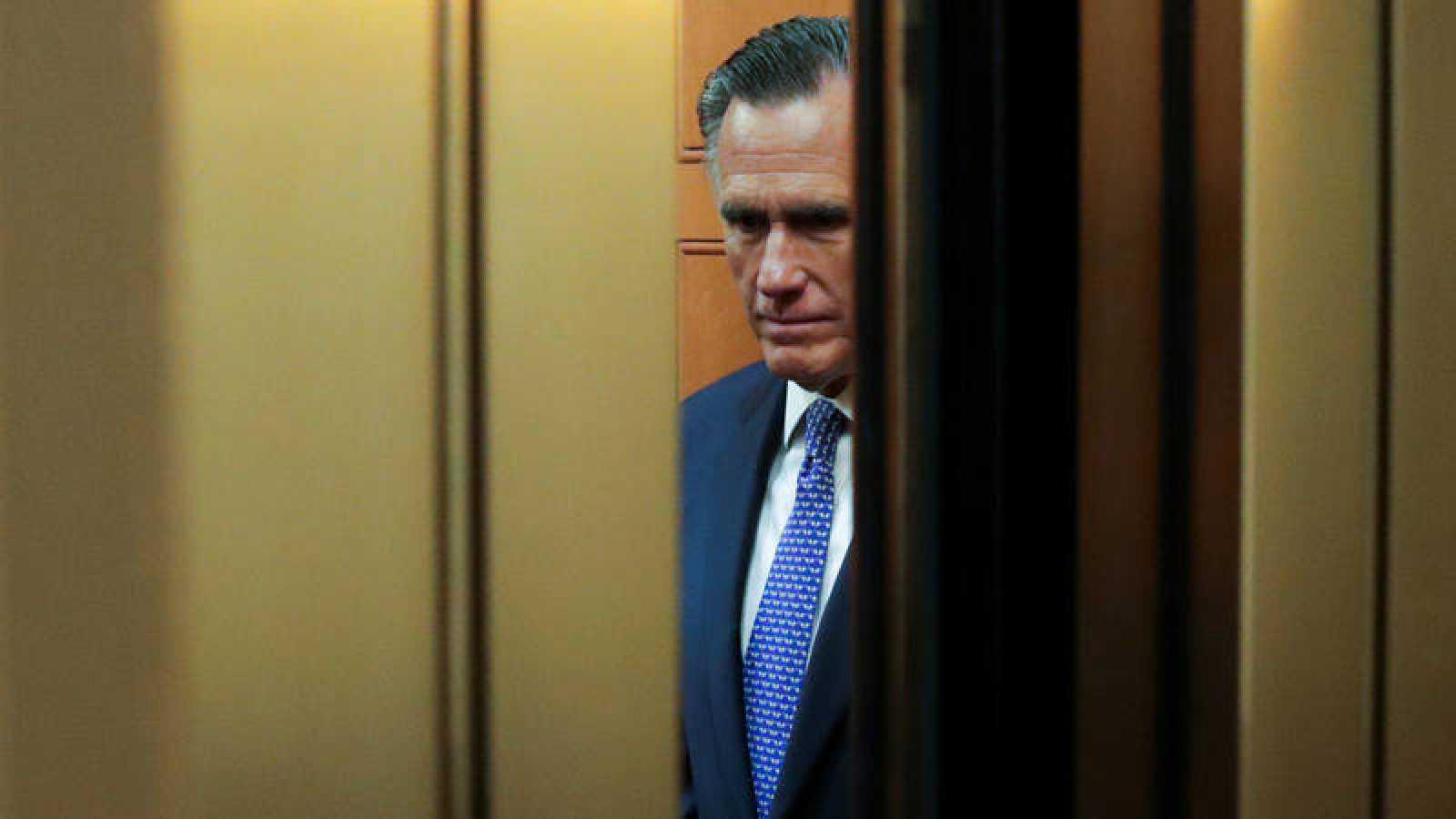 El senador republicano Mitt Romney votó a favor de destituir a Donald Trump, de su mismo partido