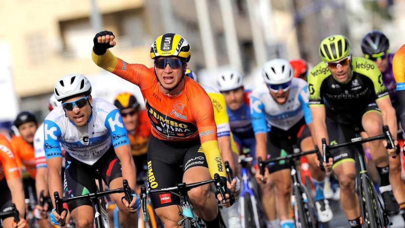 El ciclista holandés Groenewegen levanta los brazos en la meta de Torrevieja.