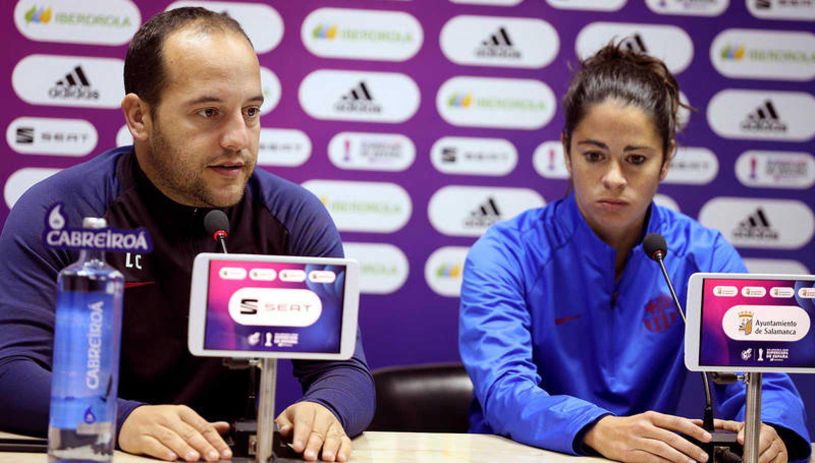 El entrenador del Barcelona femenino, Lluis Cortés, y la capitana del equipo Marta Torrejón.