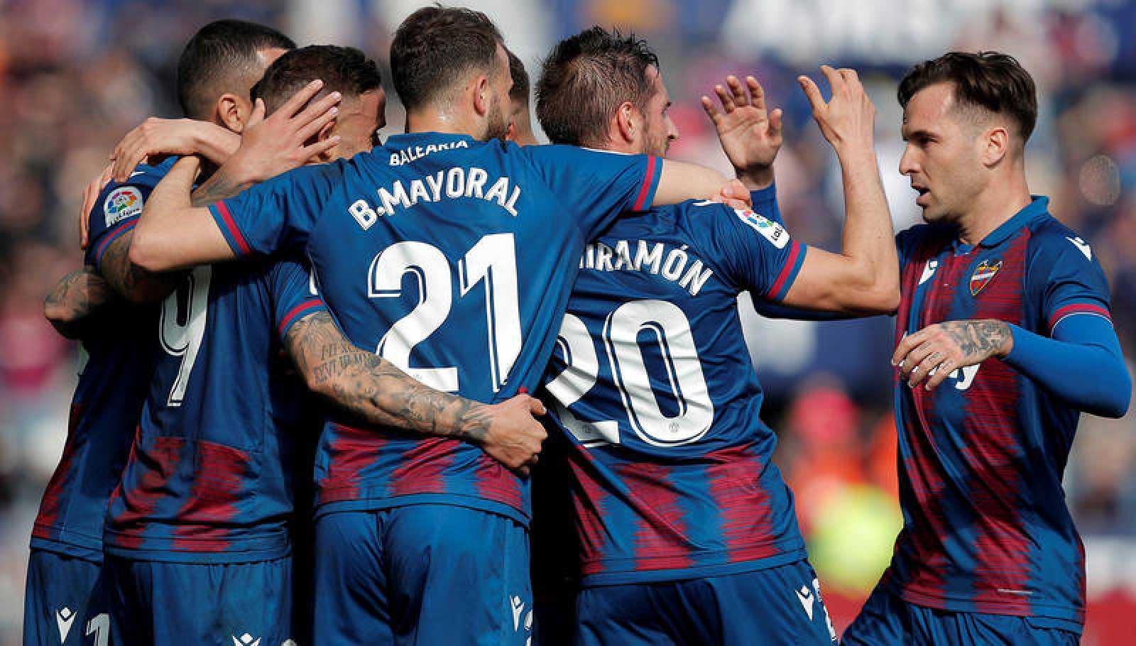 Los jugadores del Levante celebran el gol del delantero Roger Martí ante el Leganés.