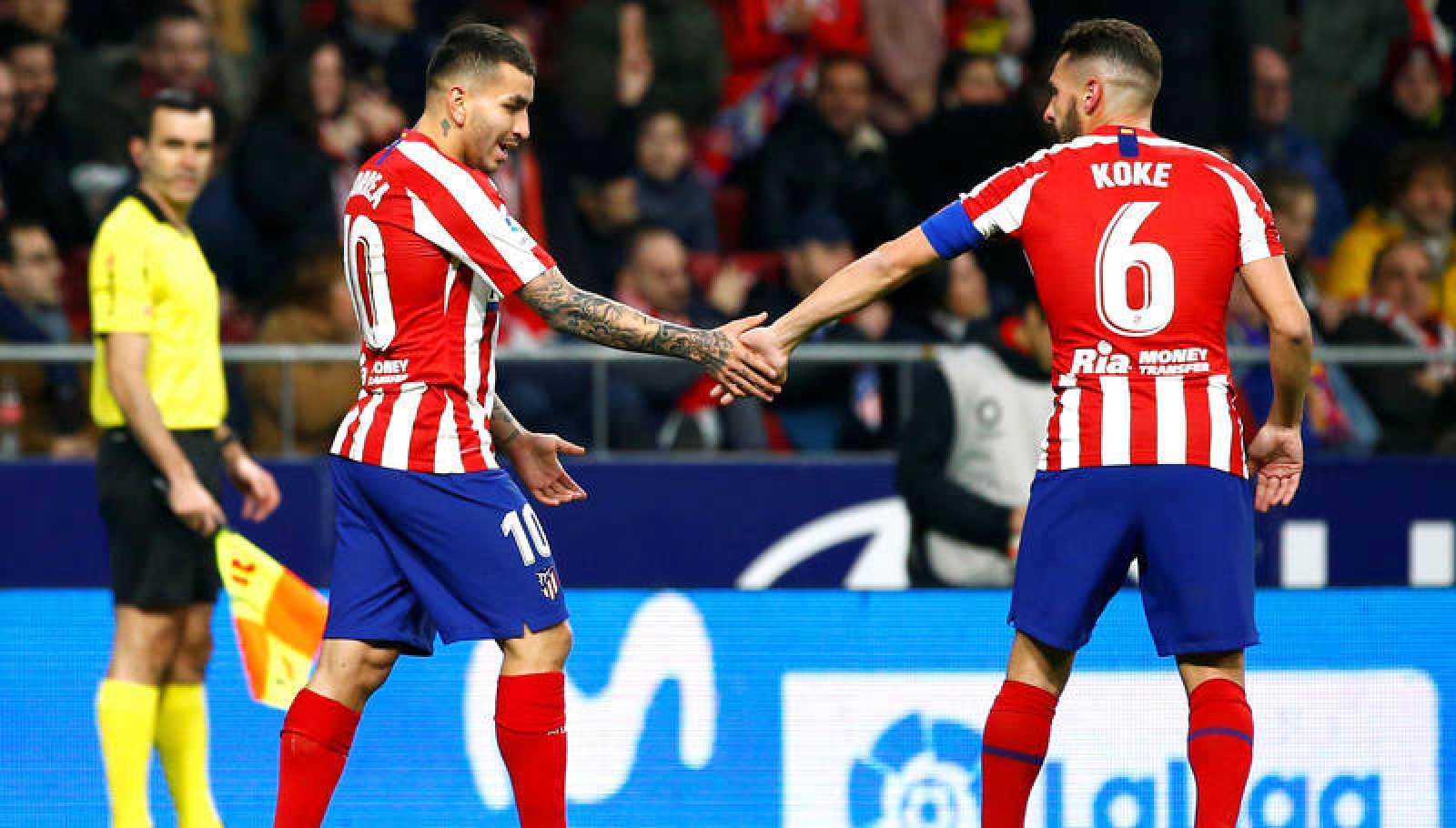 Correa celebra su gol ante el Granada con Koke, autor de la asistencia