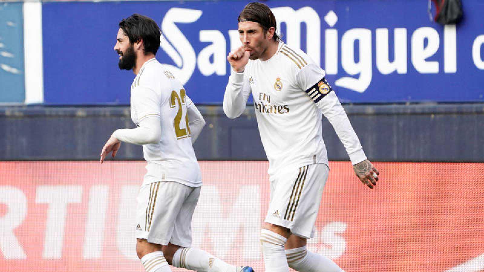Sergio Ramos celebra su gol, con Isco de fondo, autor del primer tanto