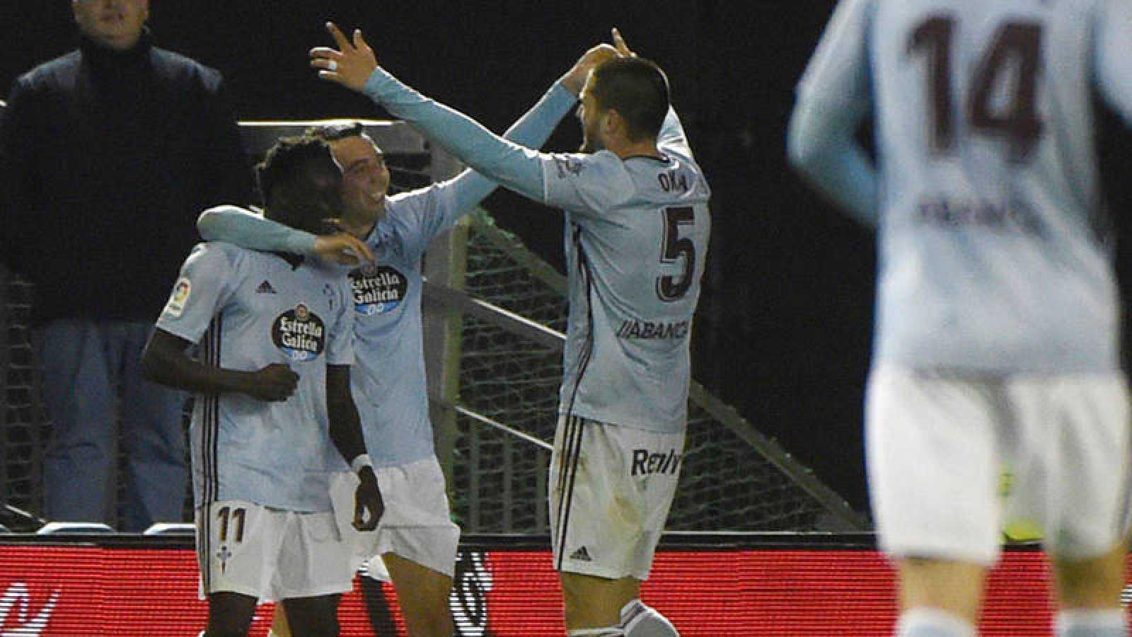 Pione Sisto, jugador del Celta de Vigo, celebra con sus compañeros el gol de la victoria