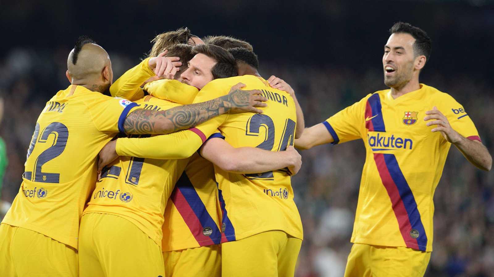 Jugadores del Barça celebran el gol de Frenkie de Jong