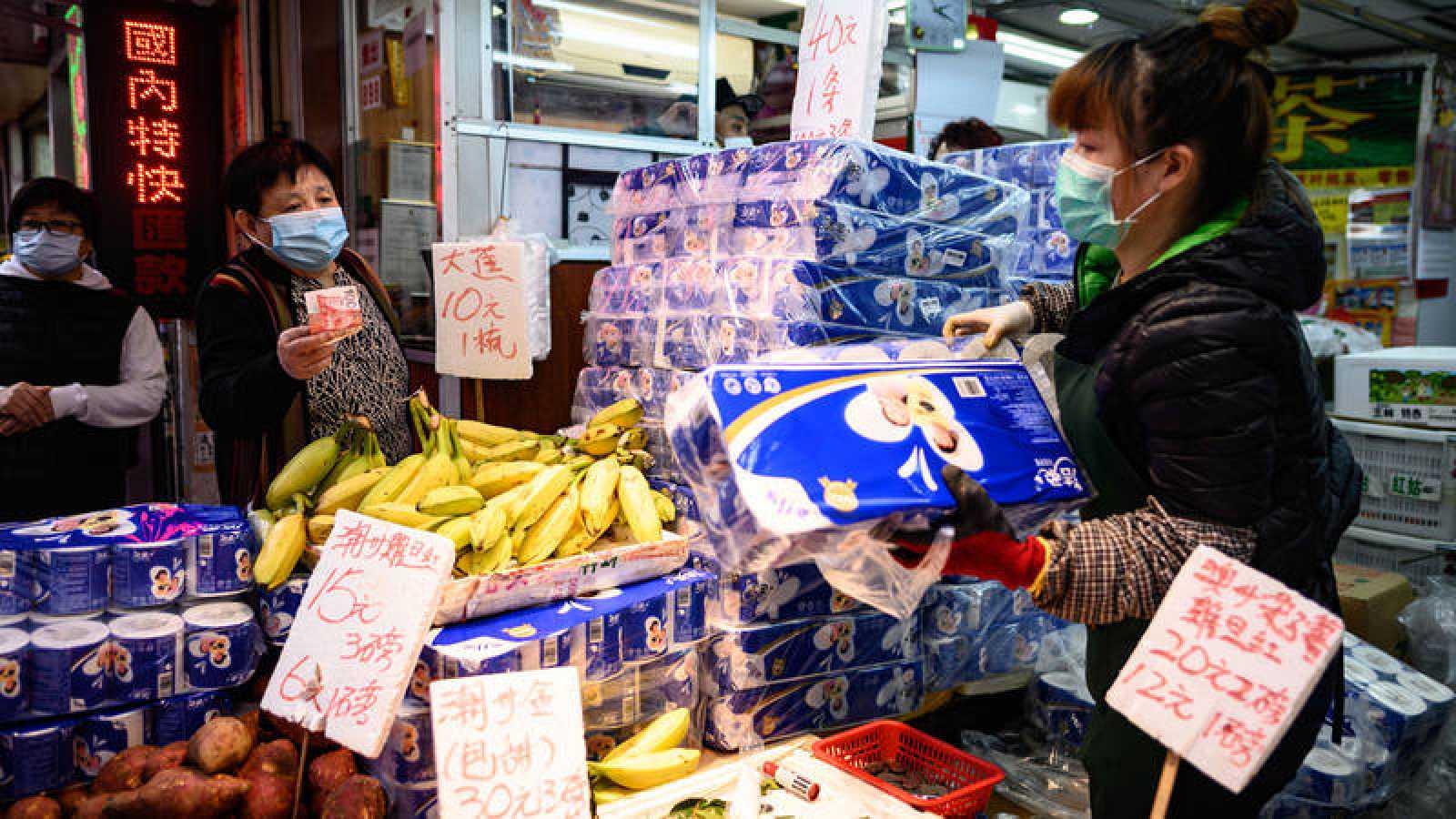 Una mujer compra en una tienda de Hong Kong